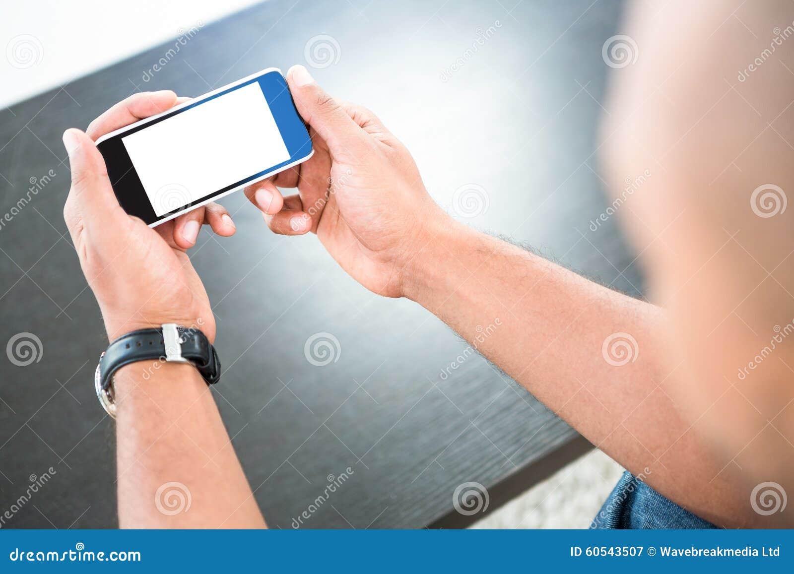 Mann, der intelligentes Telefon betrachtet