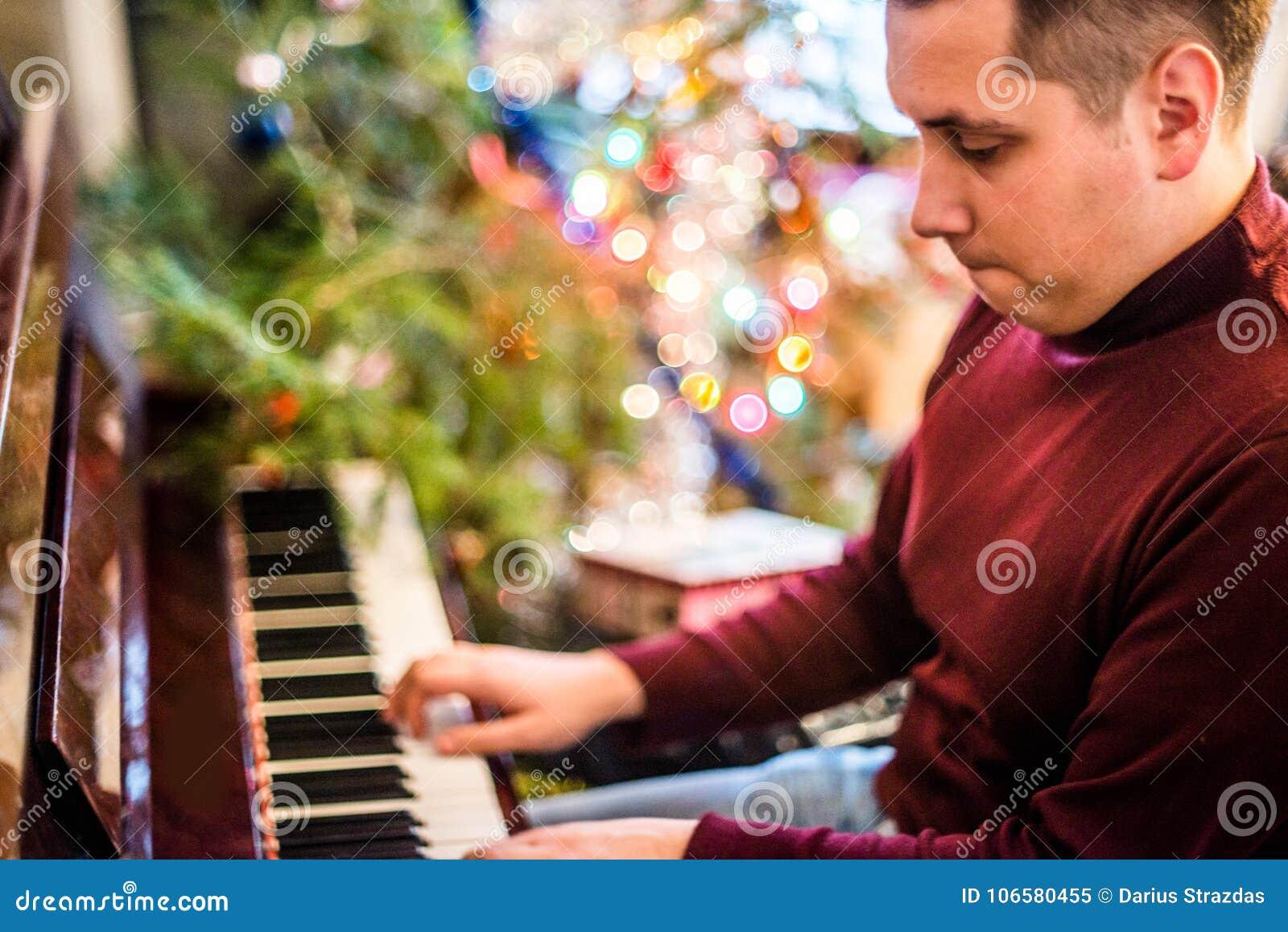 Mann, der Klavier spielt