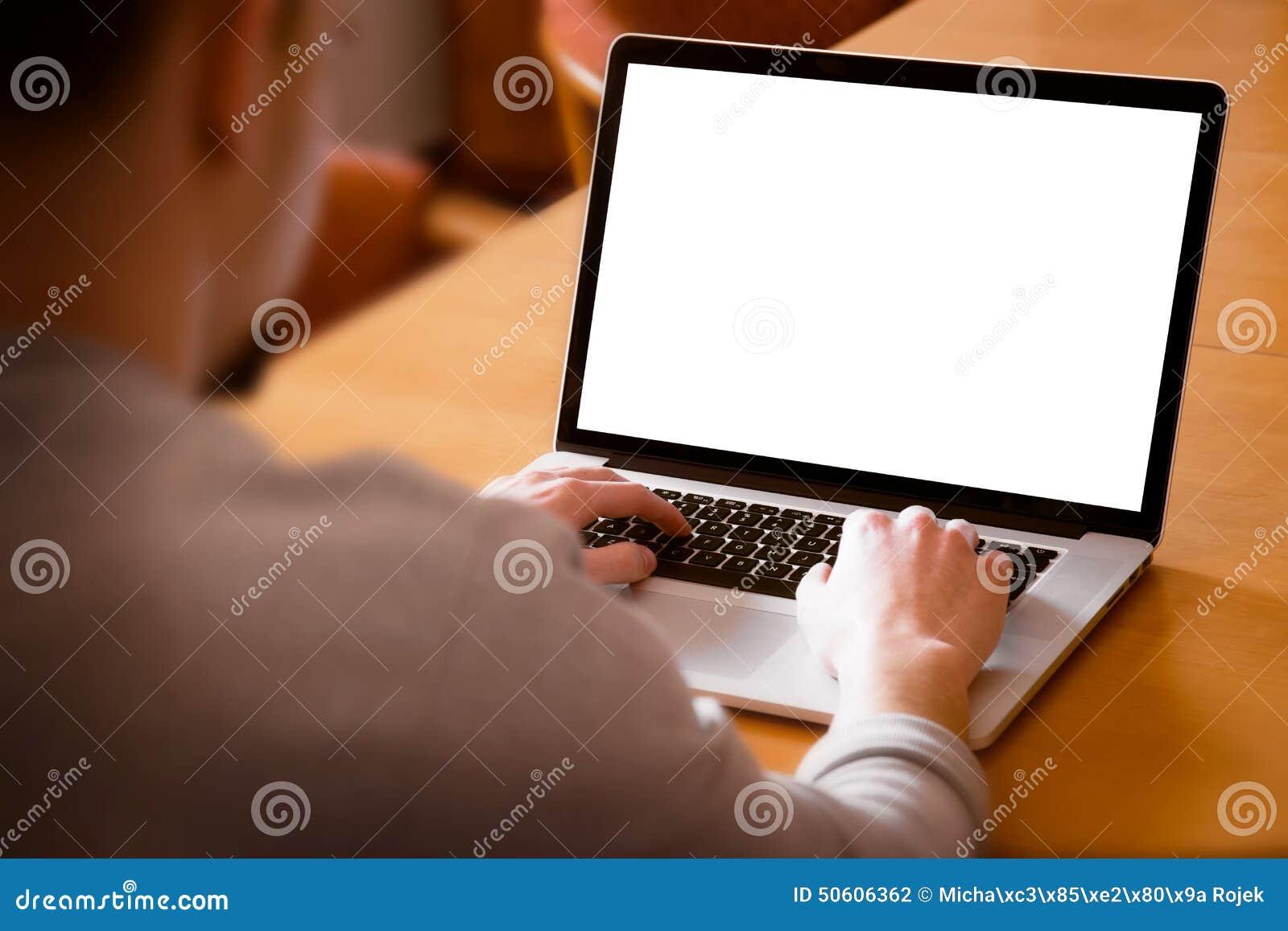 Mann, der Laptop-Computer im Wohnzimmer verwendet