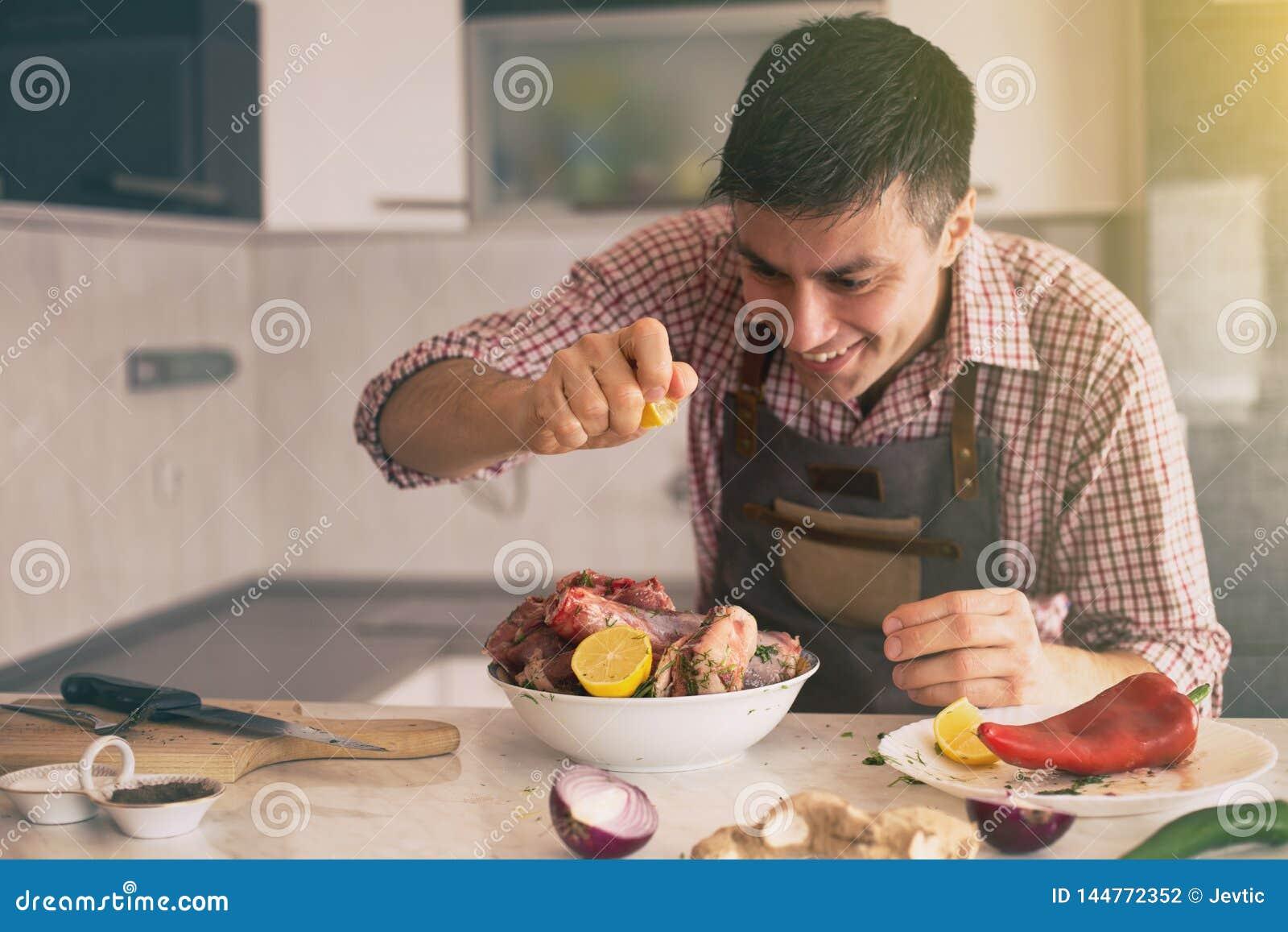 Mann, der Lebensmittel in der K?che zubereitet