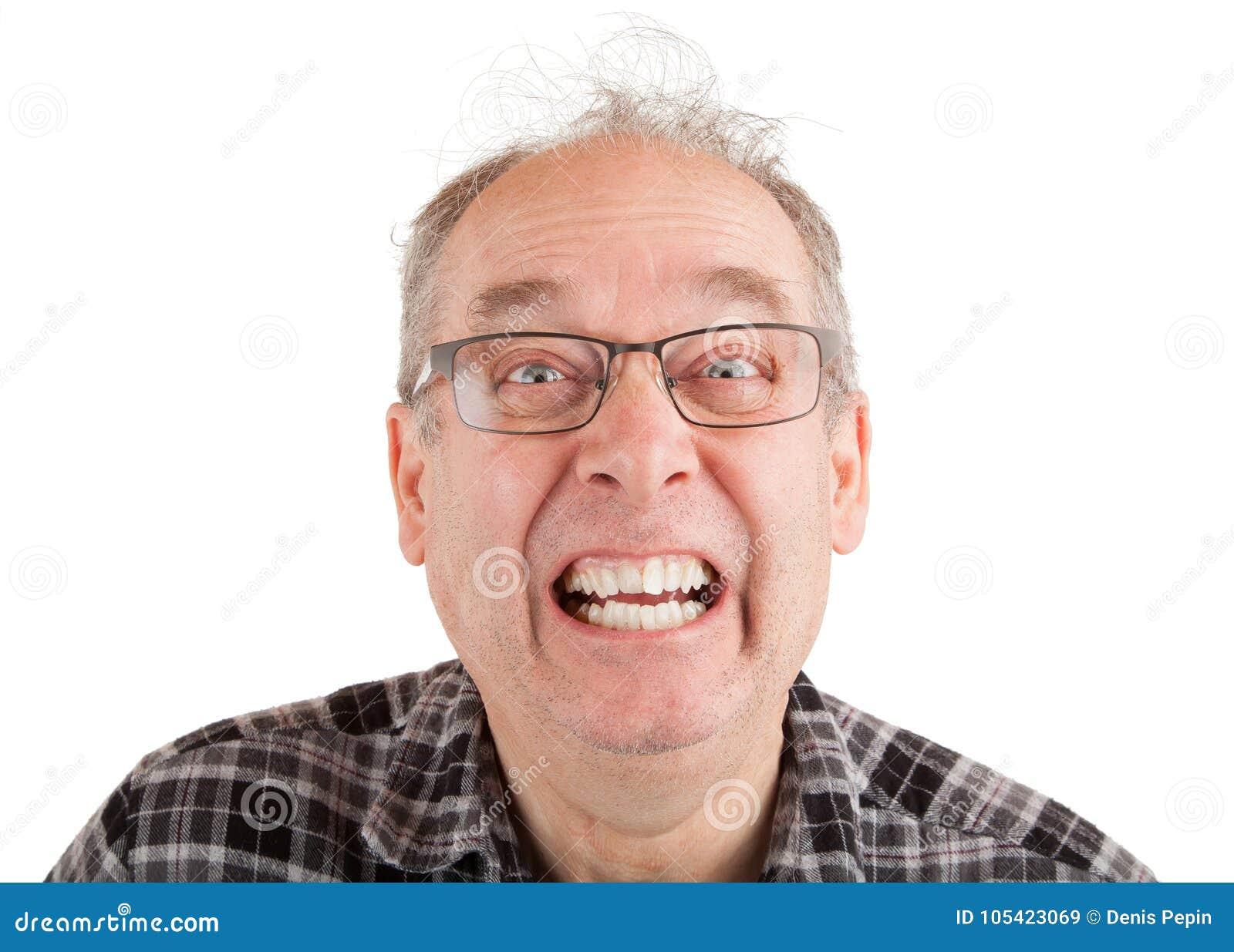 Mann, der lustige Gesichter bildet