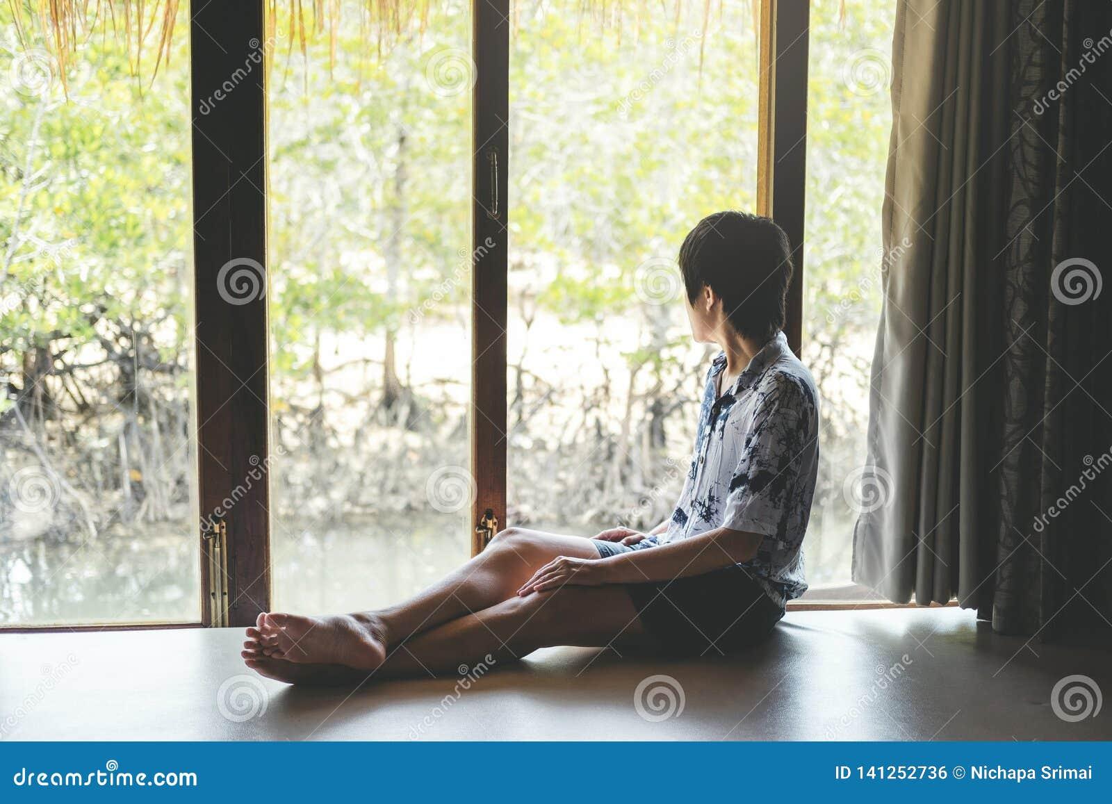 Mann, der in der Mangrovenwaldlagunen-Ferienzeit sich entspannt