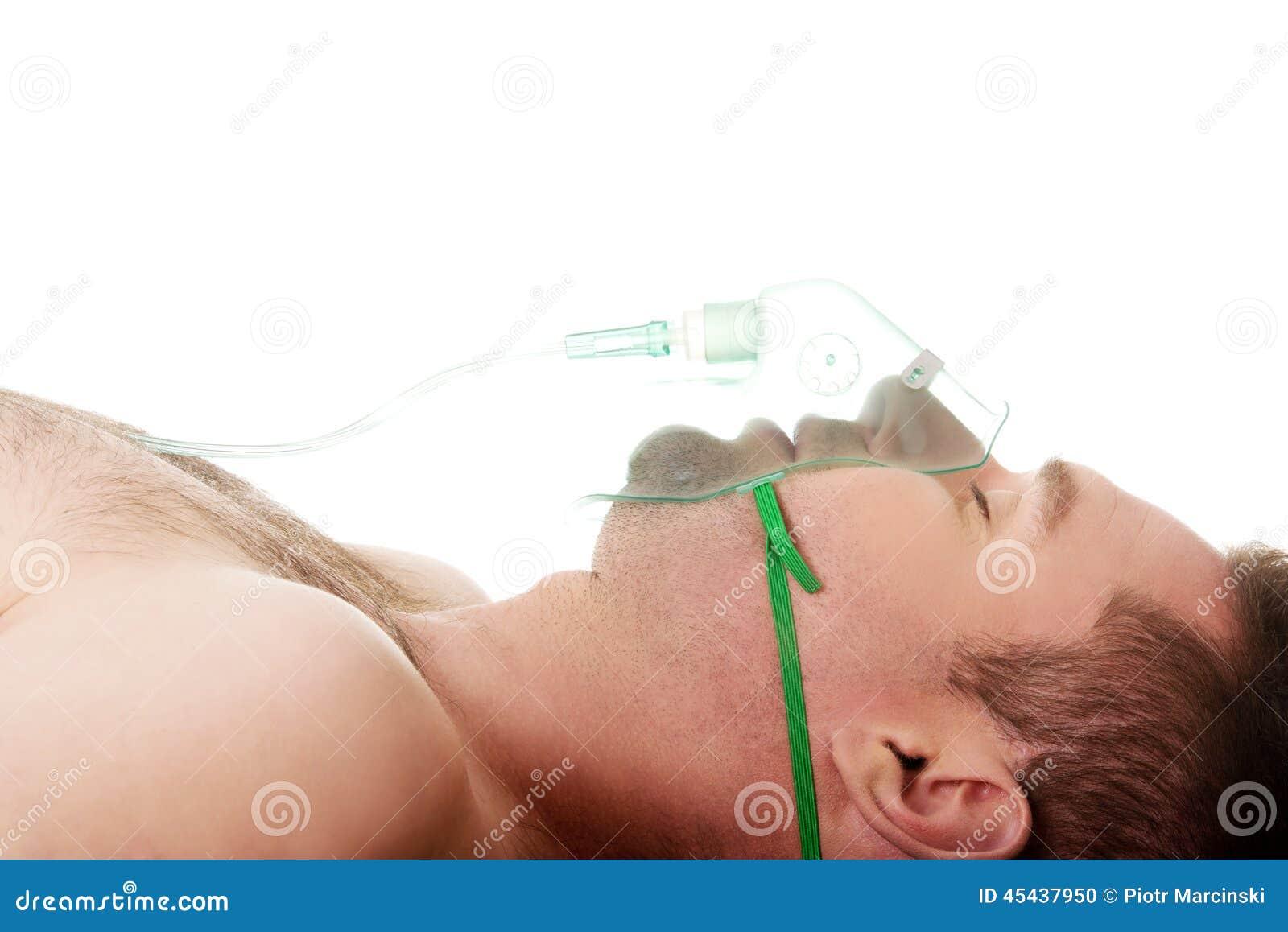 Mann in der Maske mit Sauerstoff