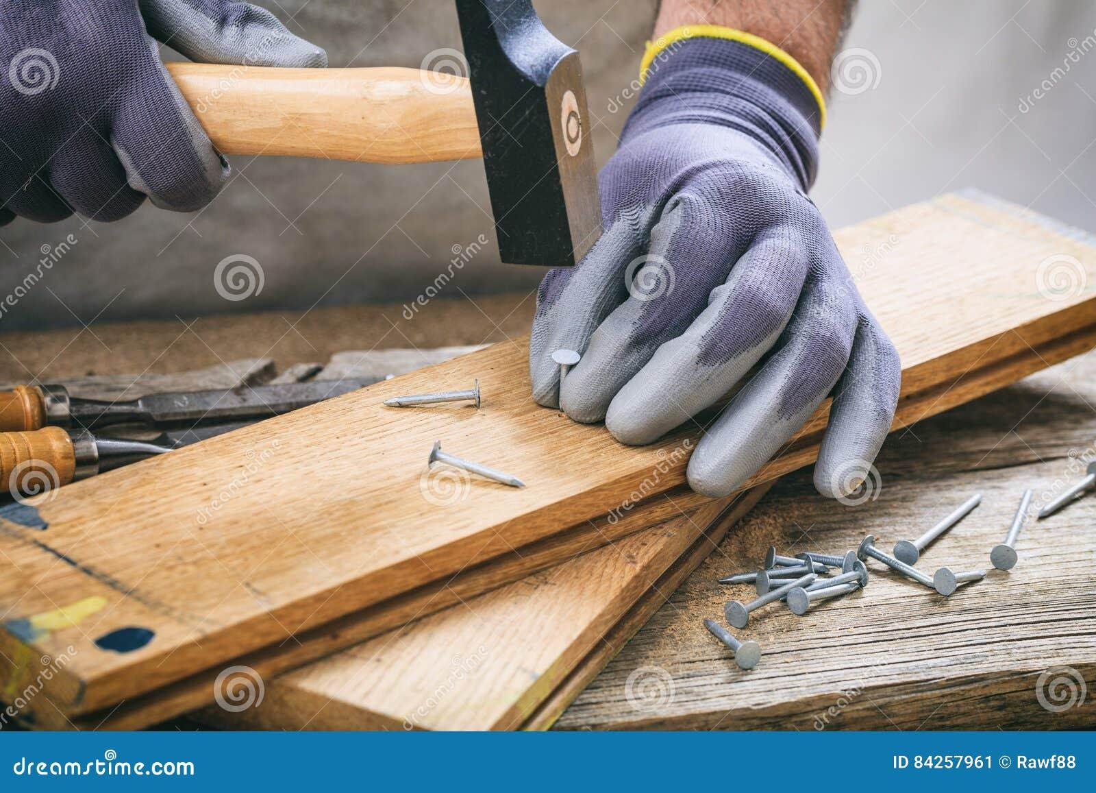 Mann, der mit einem Hammer arbeitet