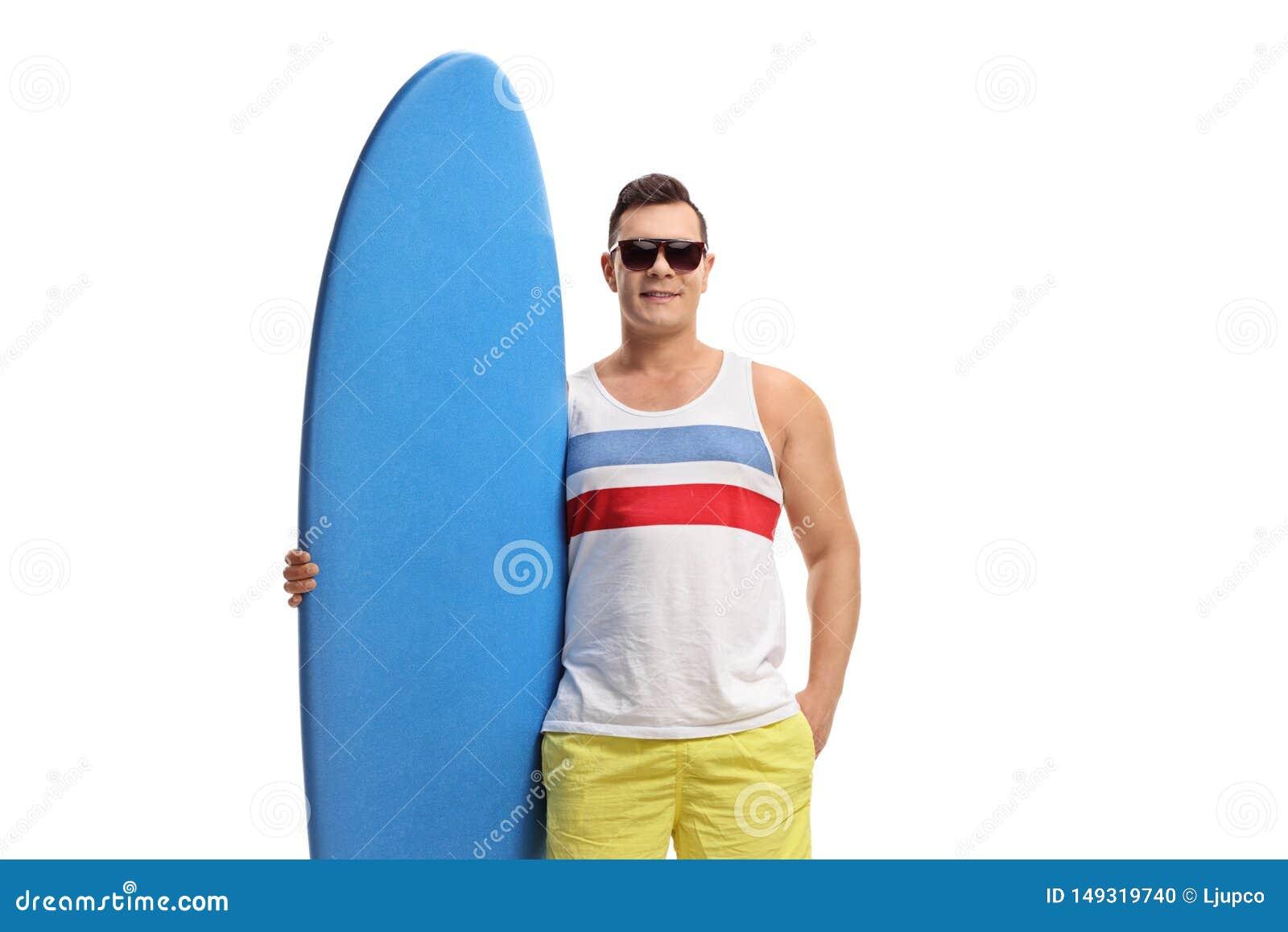 Mann, der mit einem Surfbrett aufwirft