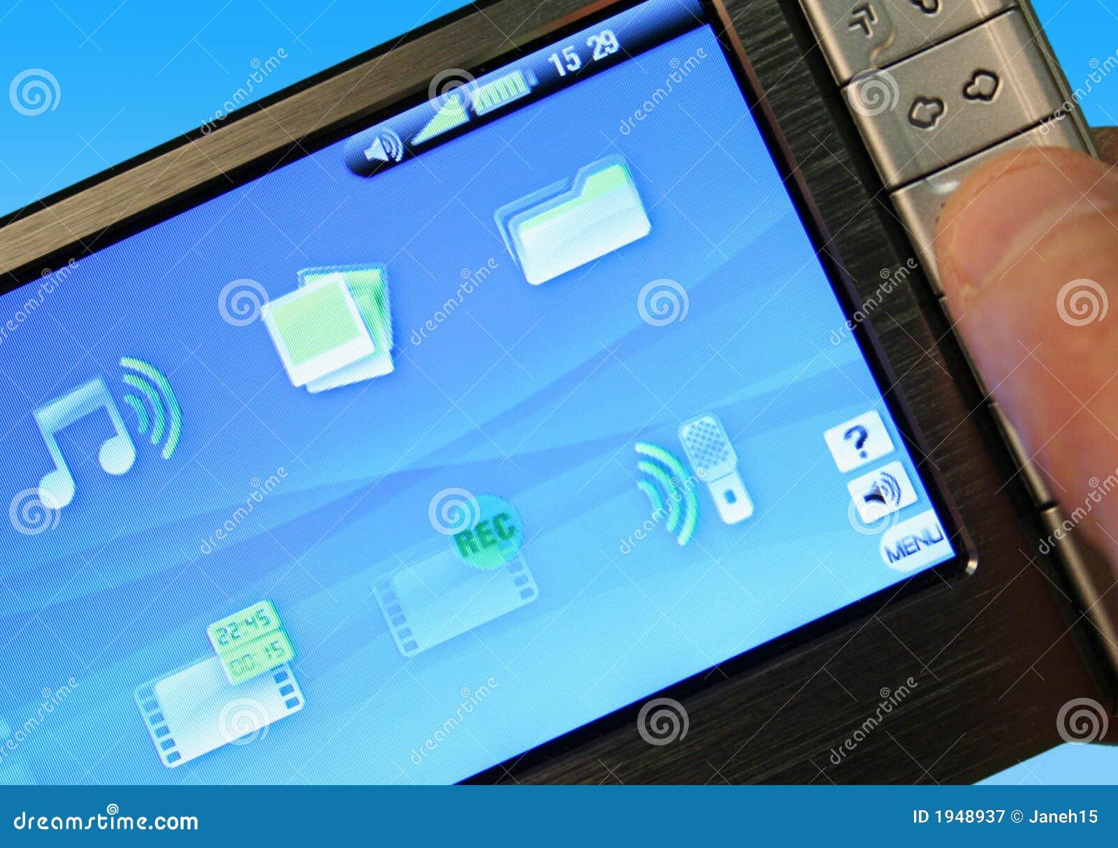 Mann, der Multimedia-Spieler verwendet