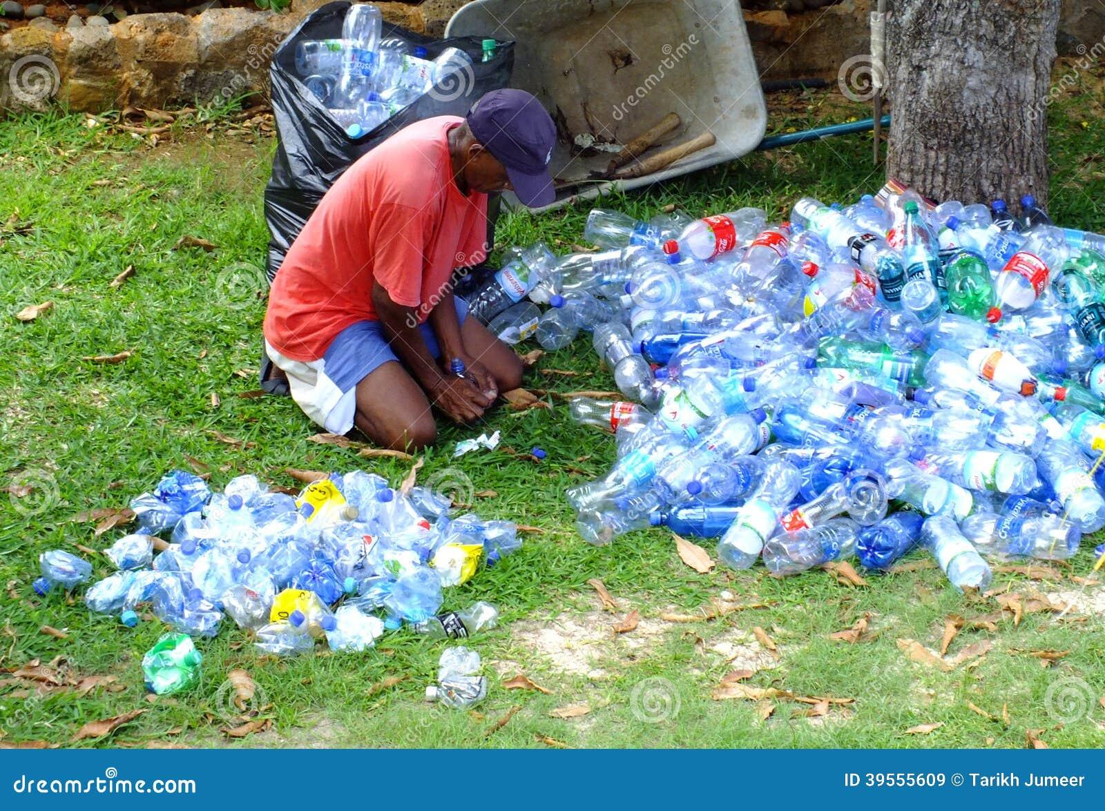 Mann, der Plastikflaschen zerquetscht