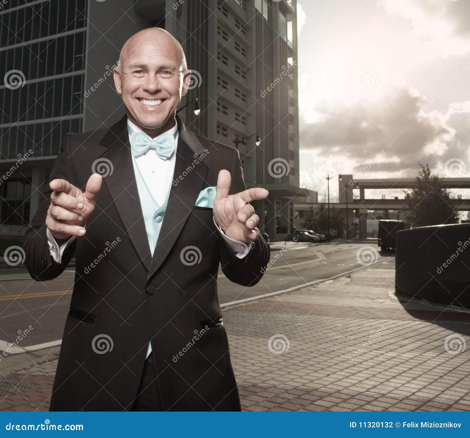 Mann, der in Richtung zur Kamera gestikuliert