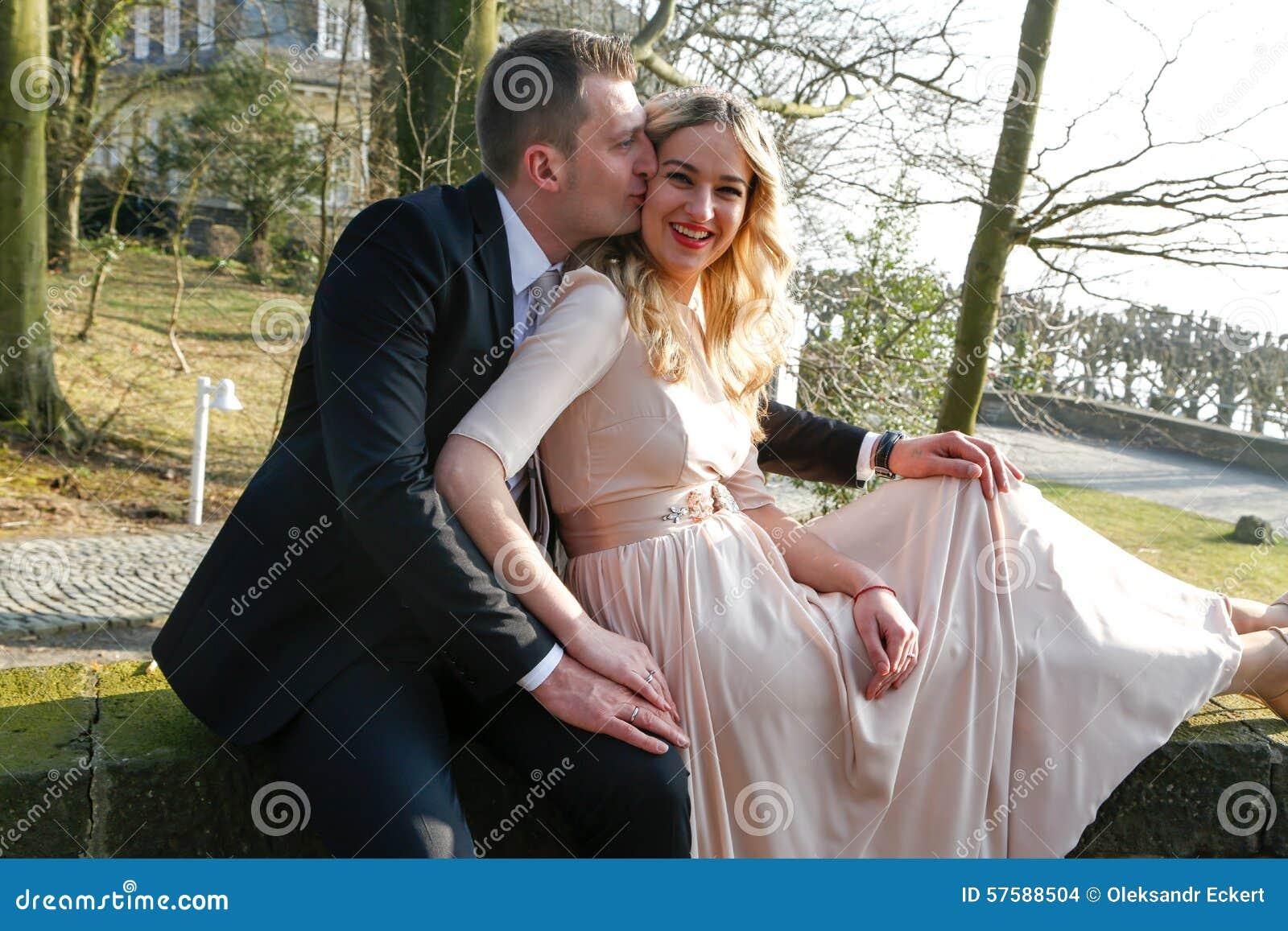 Mann, der seine Frau küsst