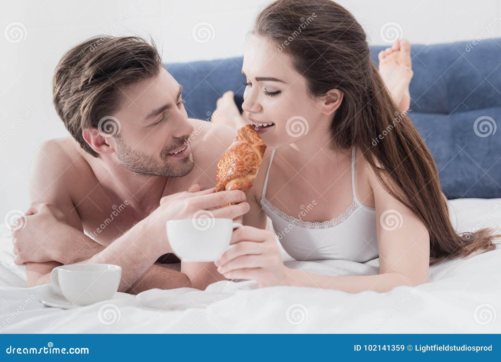 Mann, Der Seine Freundin Im Bett Einzieht Stockbild - Bild