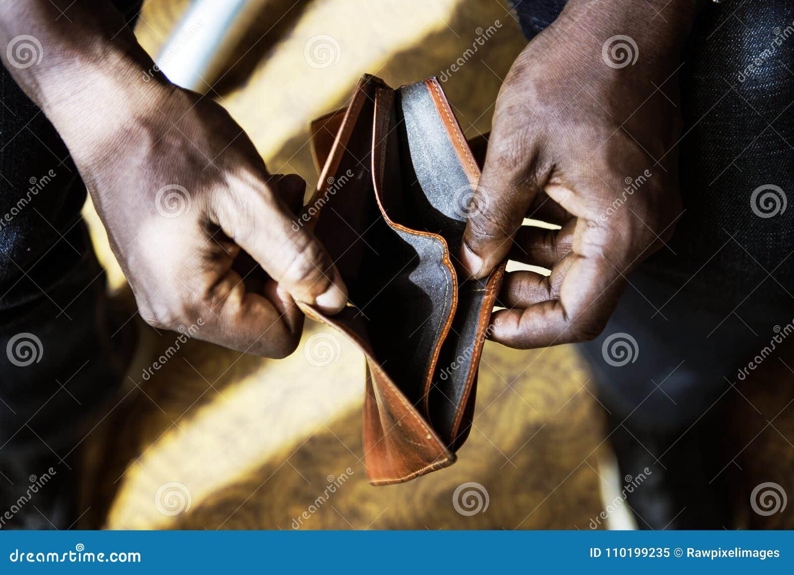 Mann, der seine leere Geldbörse überprüft