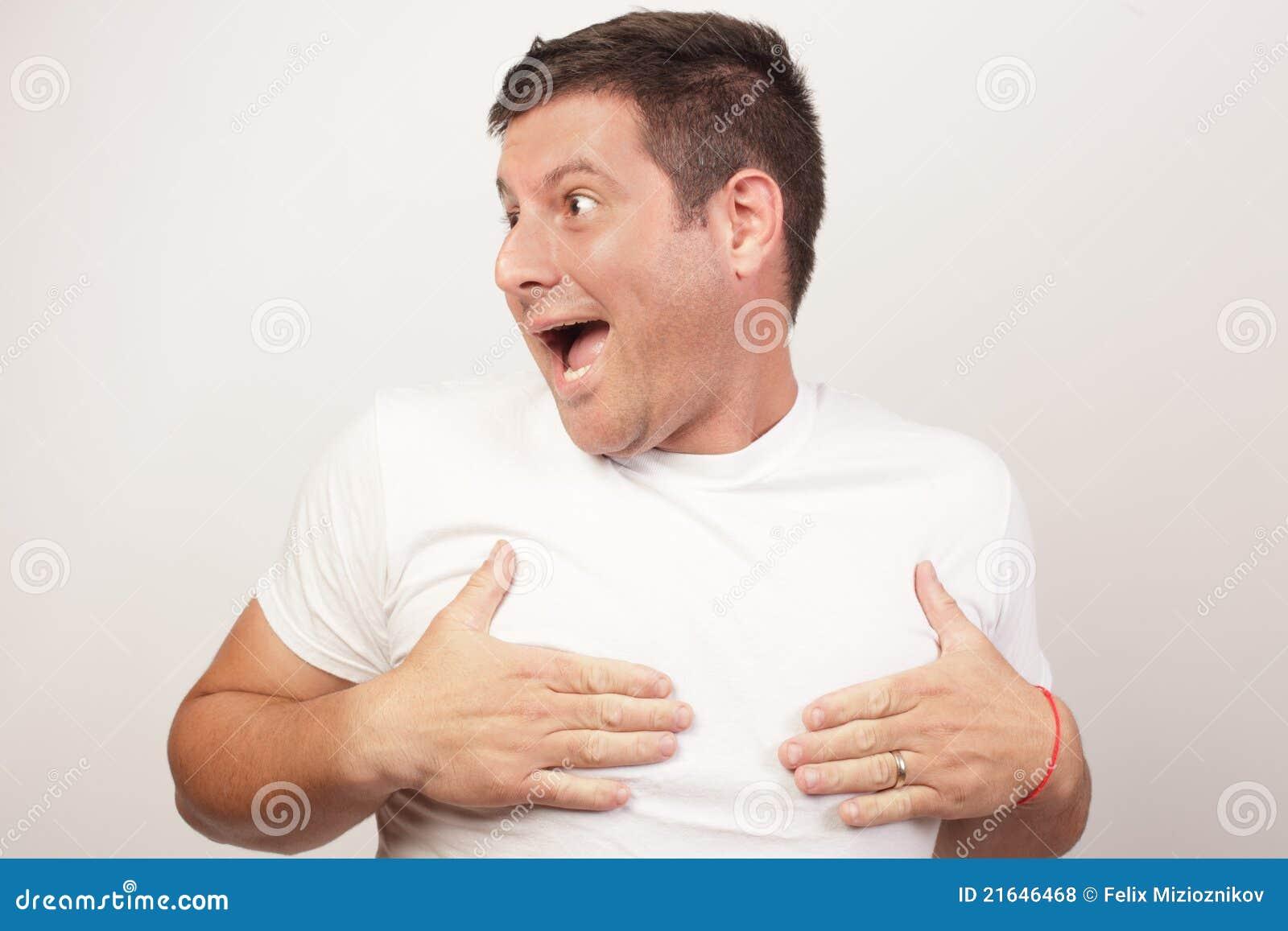 Mann, Der Seine Nippel Abdeckt Lizenzfreie Stockfotos