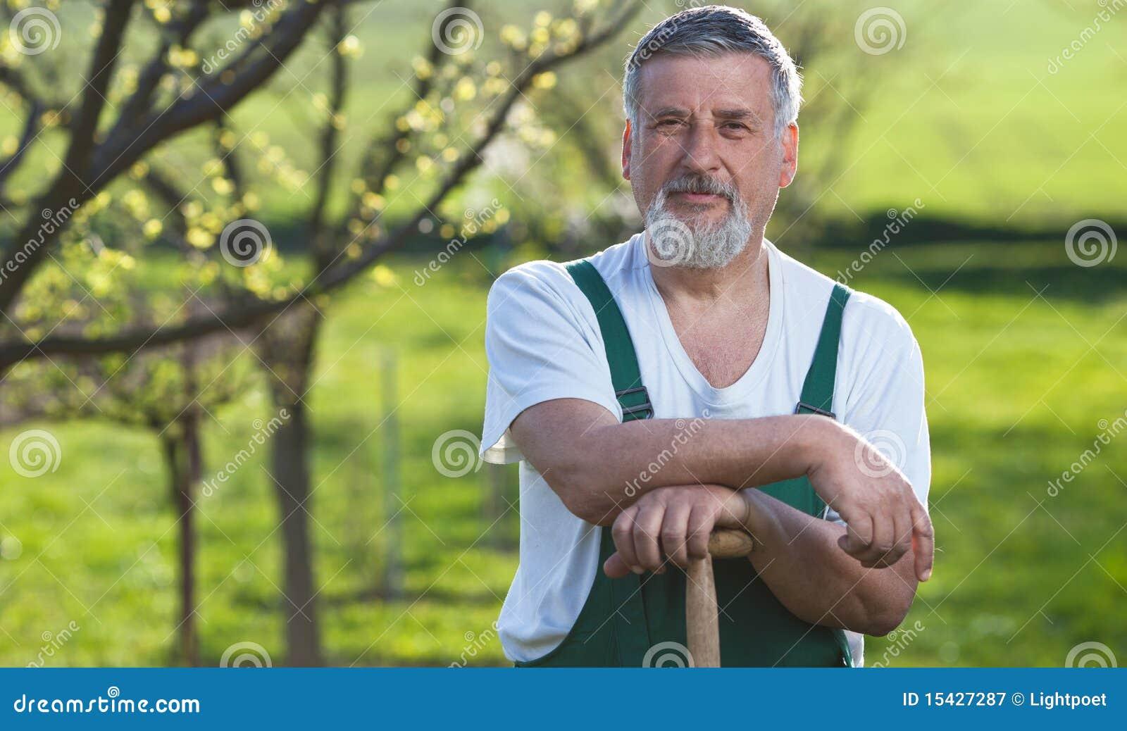 Mann, der in seinem Garten im Garten arbeitet