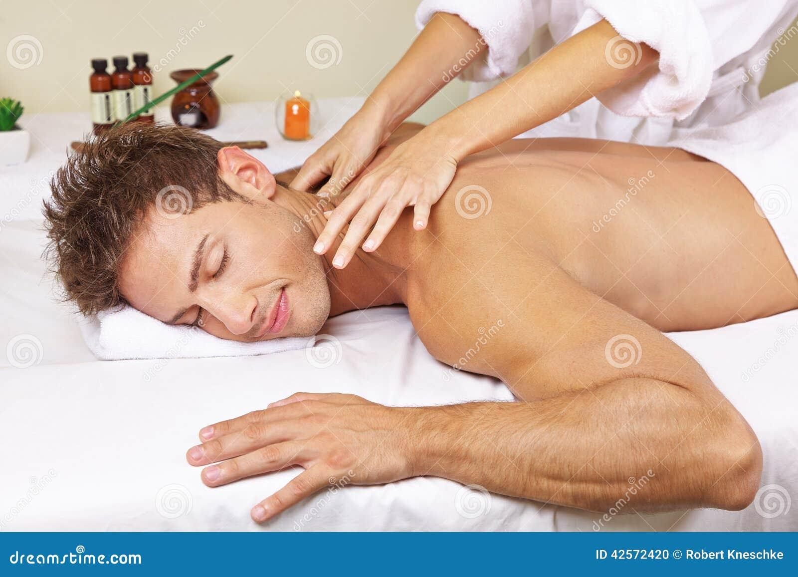 Mann, der thailändische Massage im Tagesbadekurort erhält