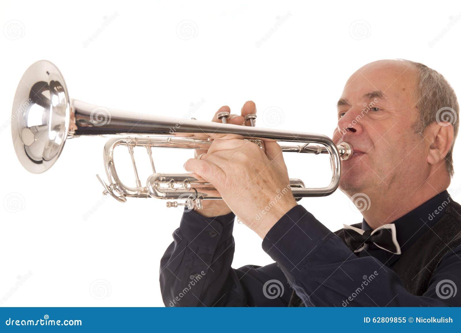 Mann, der Trompete spielt