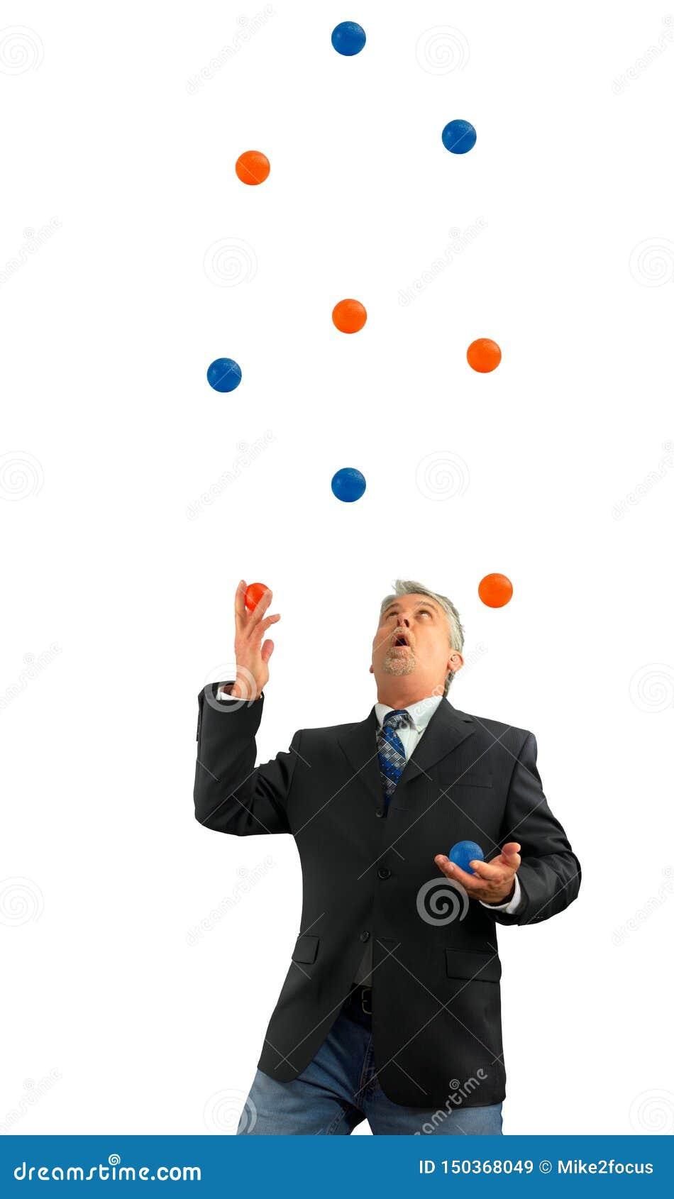 Mann, der viele einige Bälle in der Luft darstellt seiend beschäftigt im Leben und im Geschäft mit einigen stressigen Sachen jong