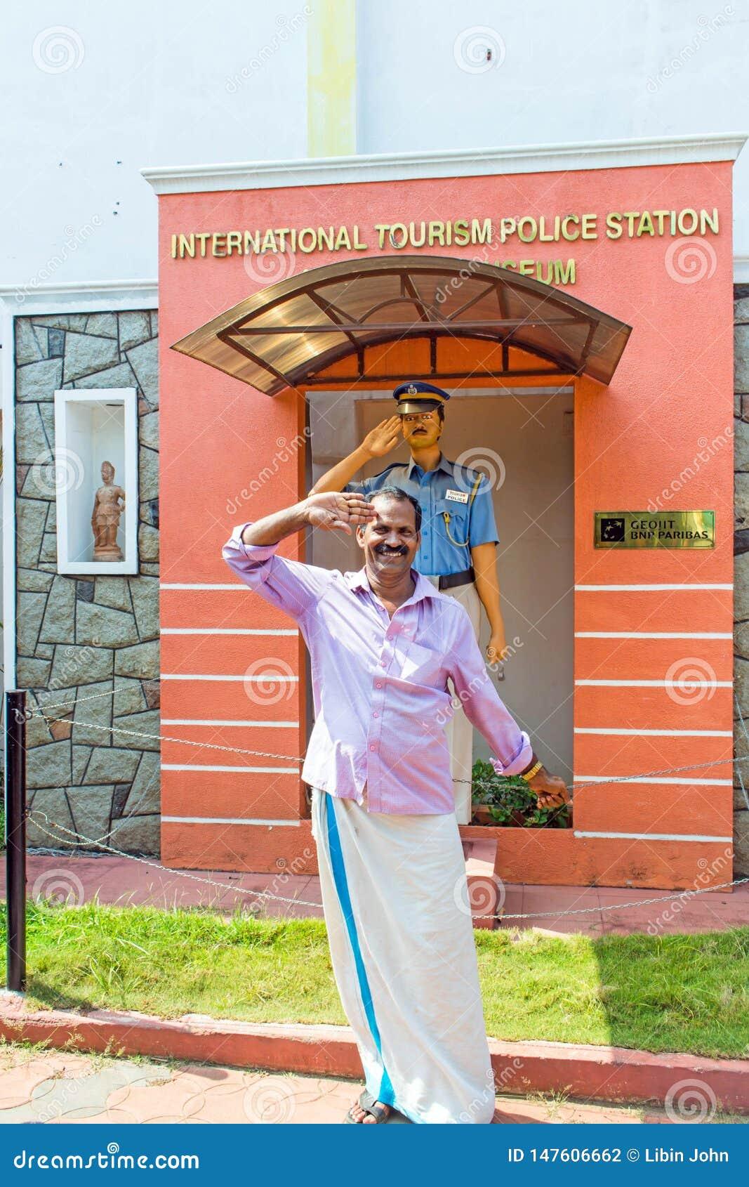 Mann, der vor internationalem Tourismuspolizeirevier und Polizeimuseum begrüßt