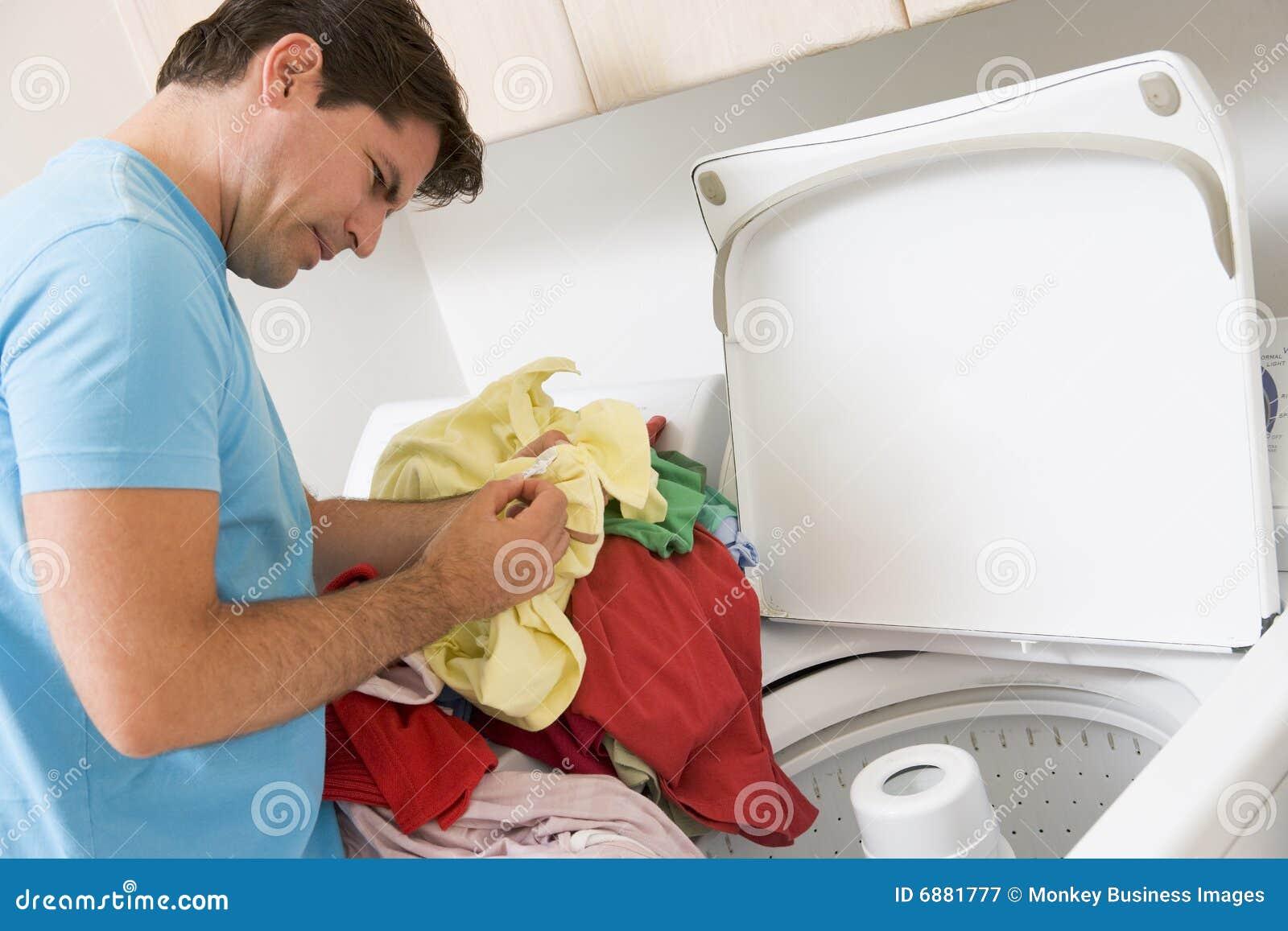 Mann, der Wäscherei tut