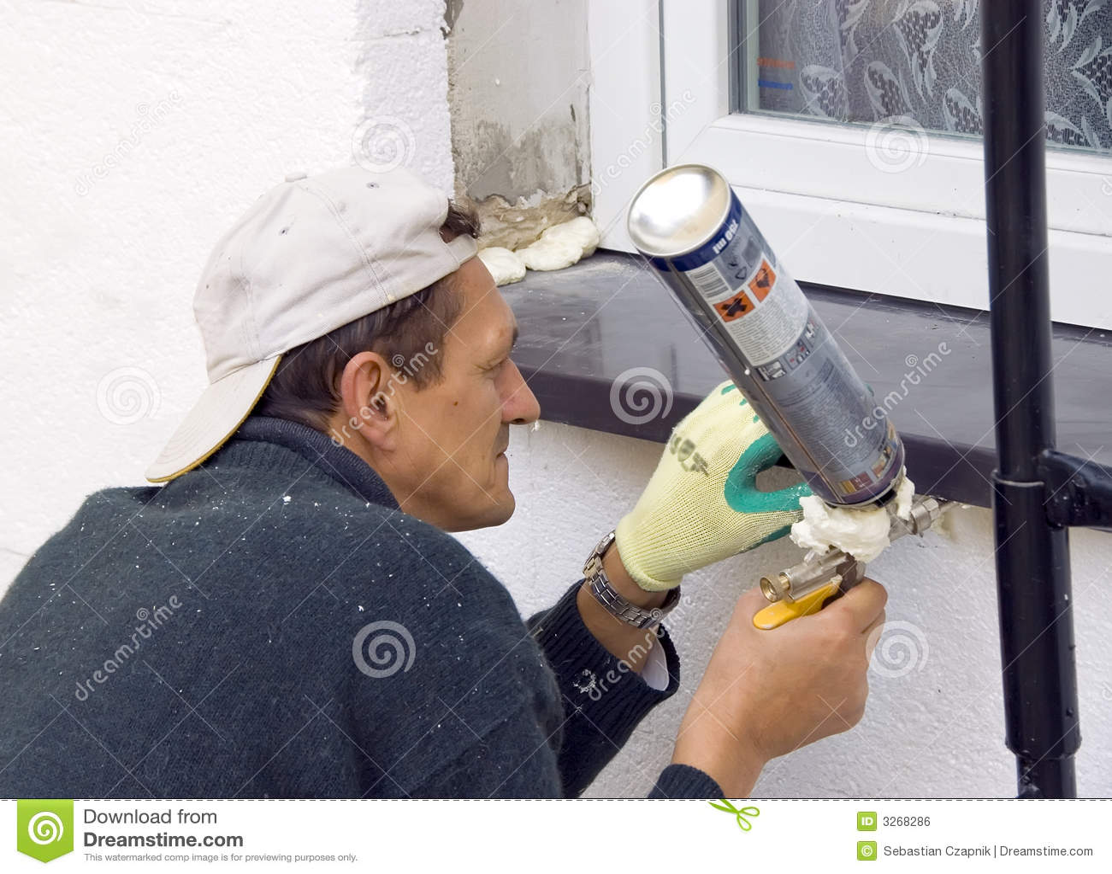 Mann, der Windowsill #4 installiert