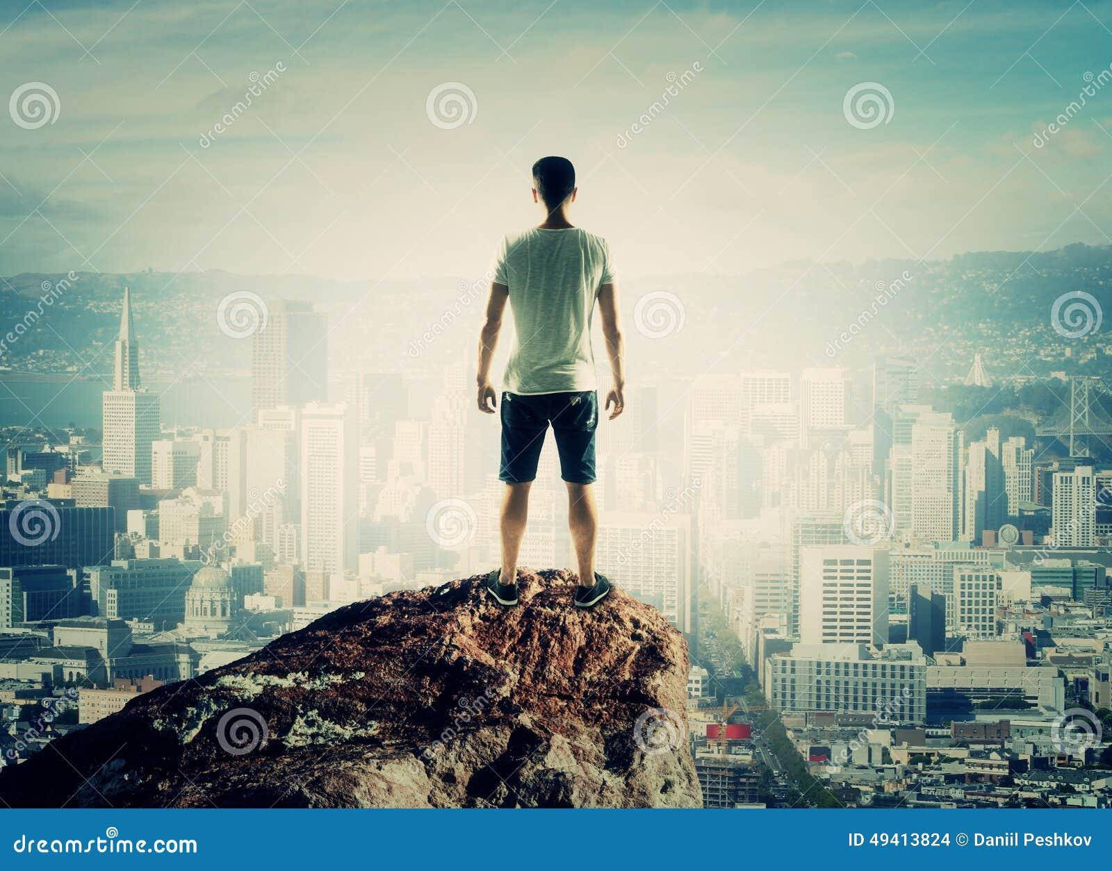 Download Mann, der zur Stadt schaut stockfoto. Bild von schattenbild - 49413824