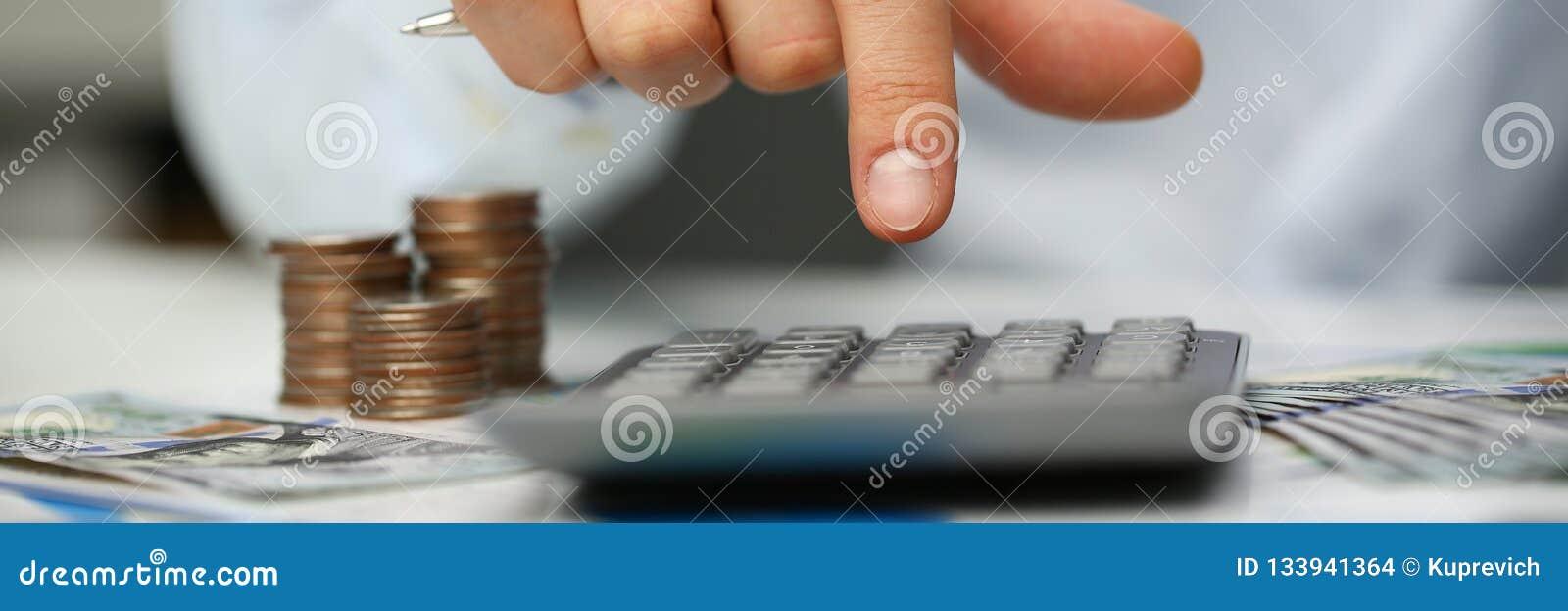 Mann drücken silbernen Schlüsseltaschenrechner liegt von Hand ein