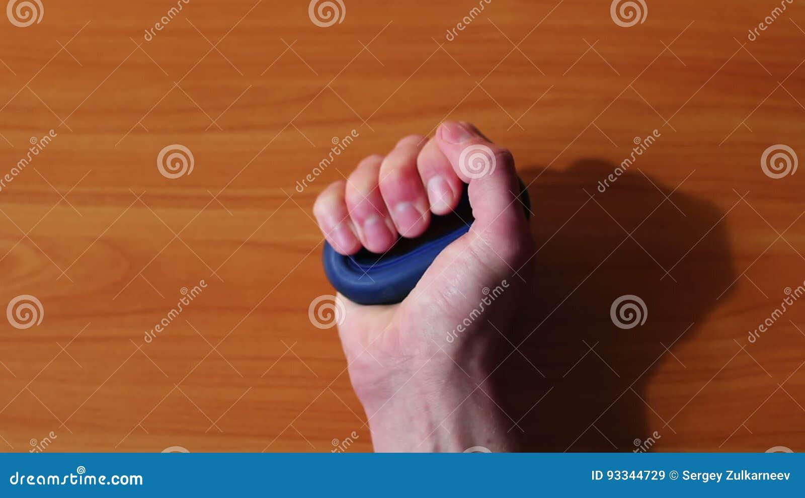 Mann Drückt Handexpander, Verstärkt Muskeln In Der Hand, Finger ...