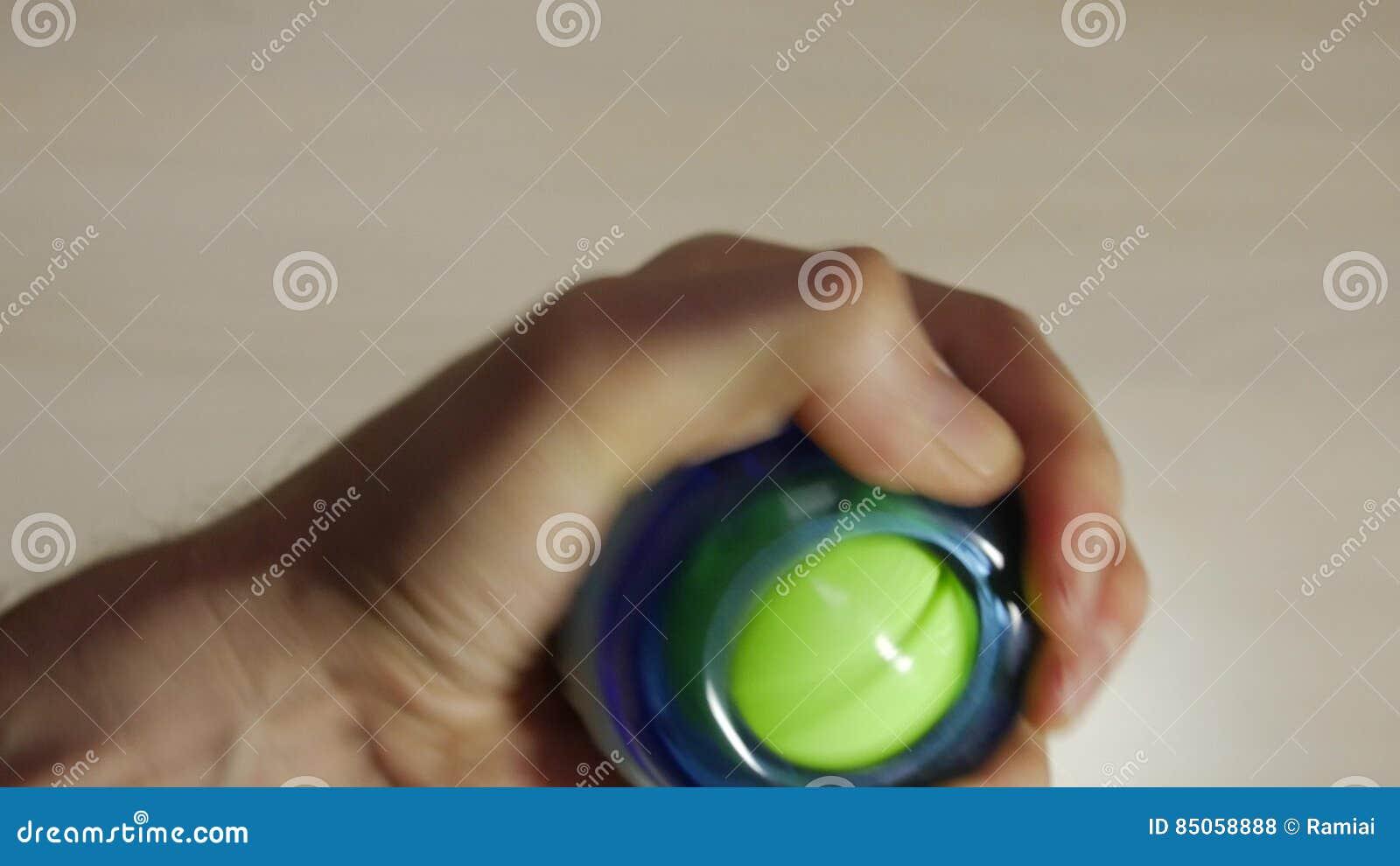 Mann Dreht Den Handgelenkball, Verstärkt Muskeln In Der Hand, Finger ...