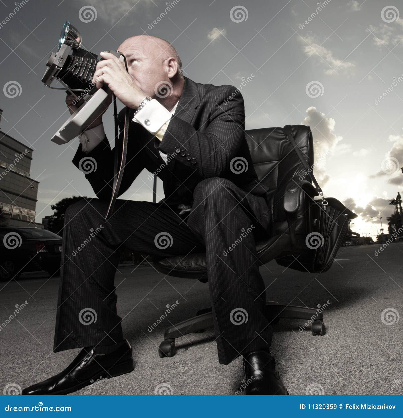 Mann in einem Klagesitzen und -c$fotografieren