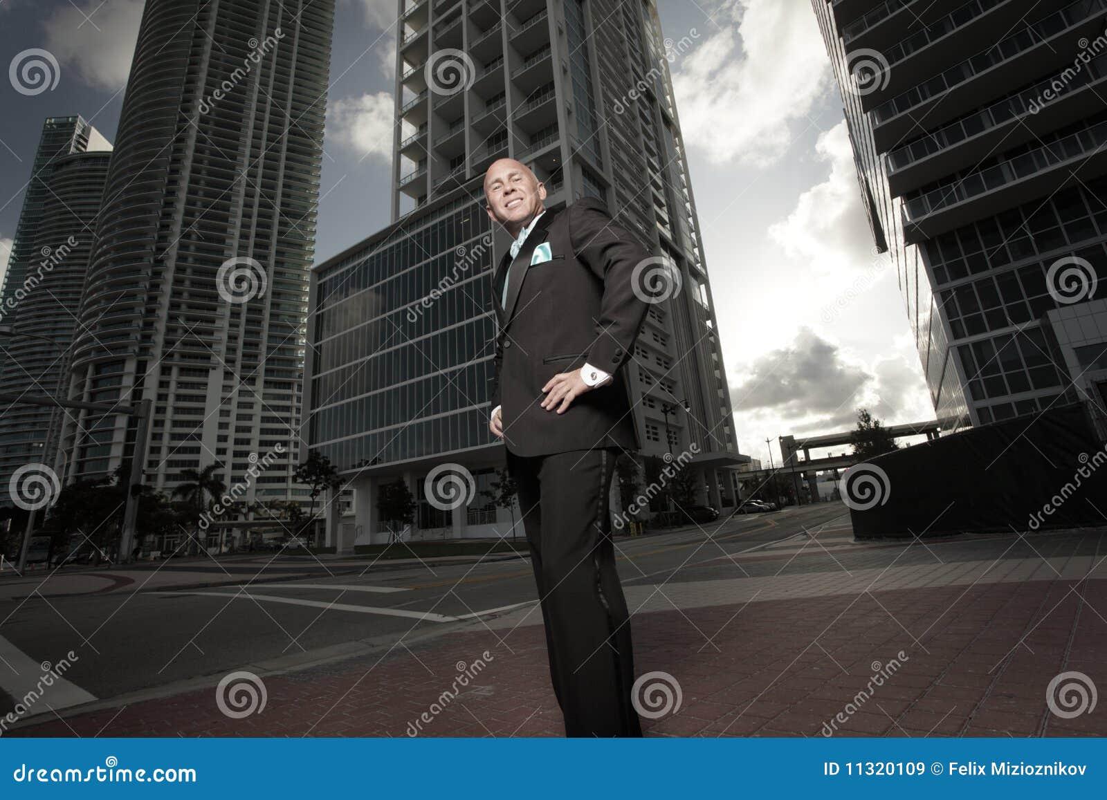 Mann in einem Smoking