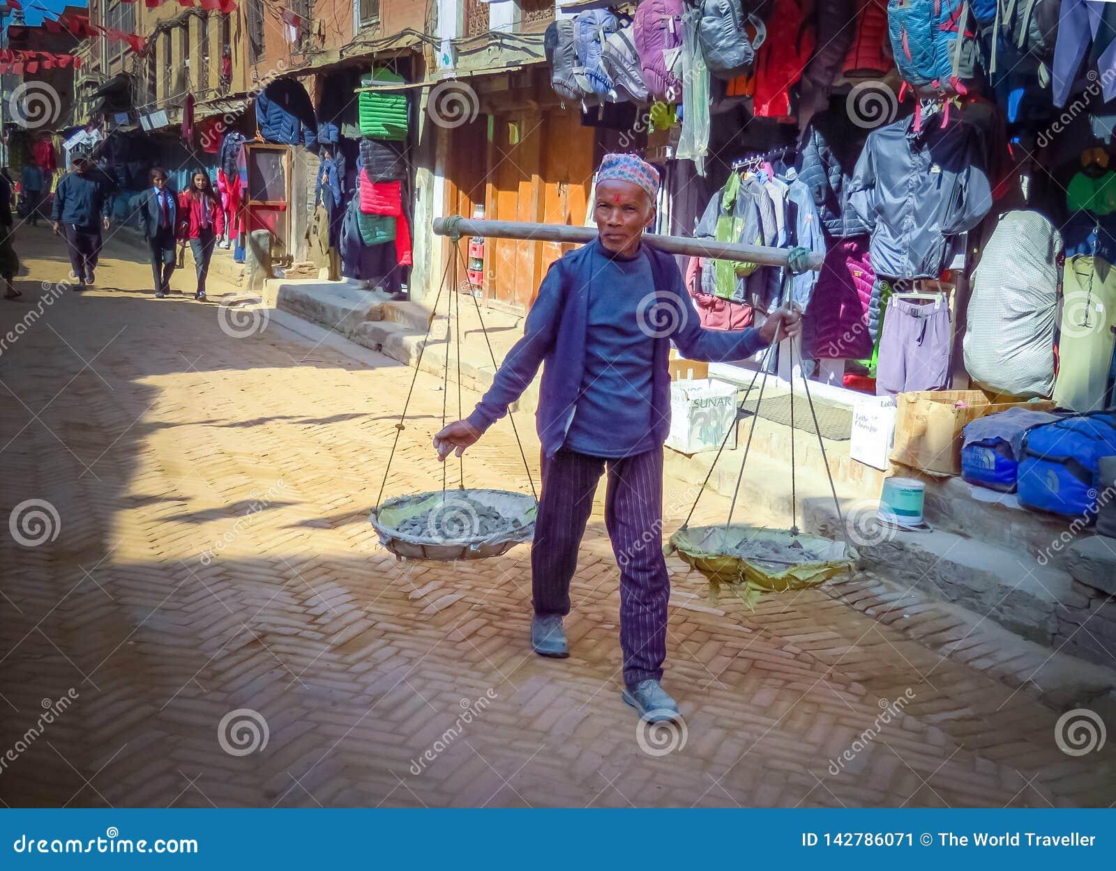 Mann in Einkaufsstraße von Bhaktapur, Nepal