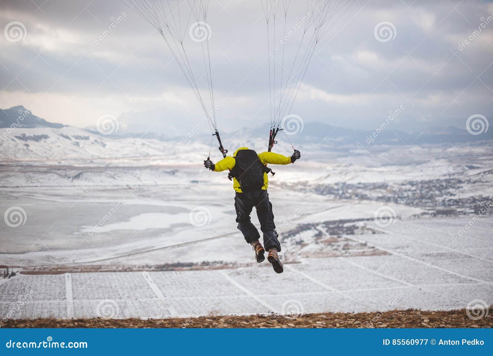 Mann entfernt sich mit dem speedglider vom Berg