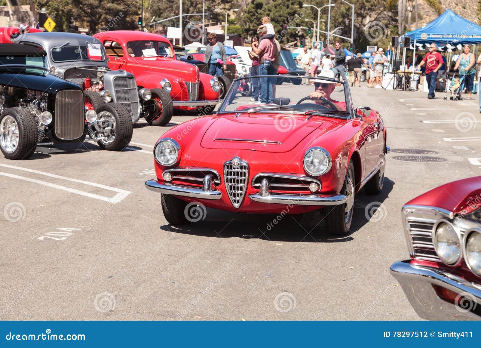 new styles 159de dbd1c Mann Fährt Ein Rotes Klassisches Alpha-Romeo Milano-Auto ...