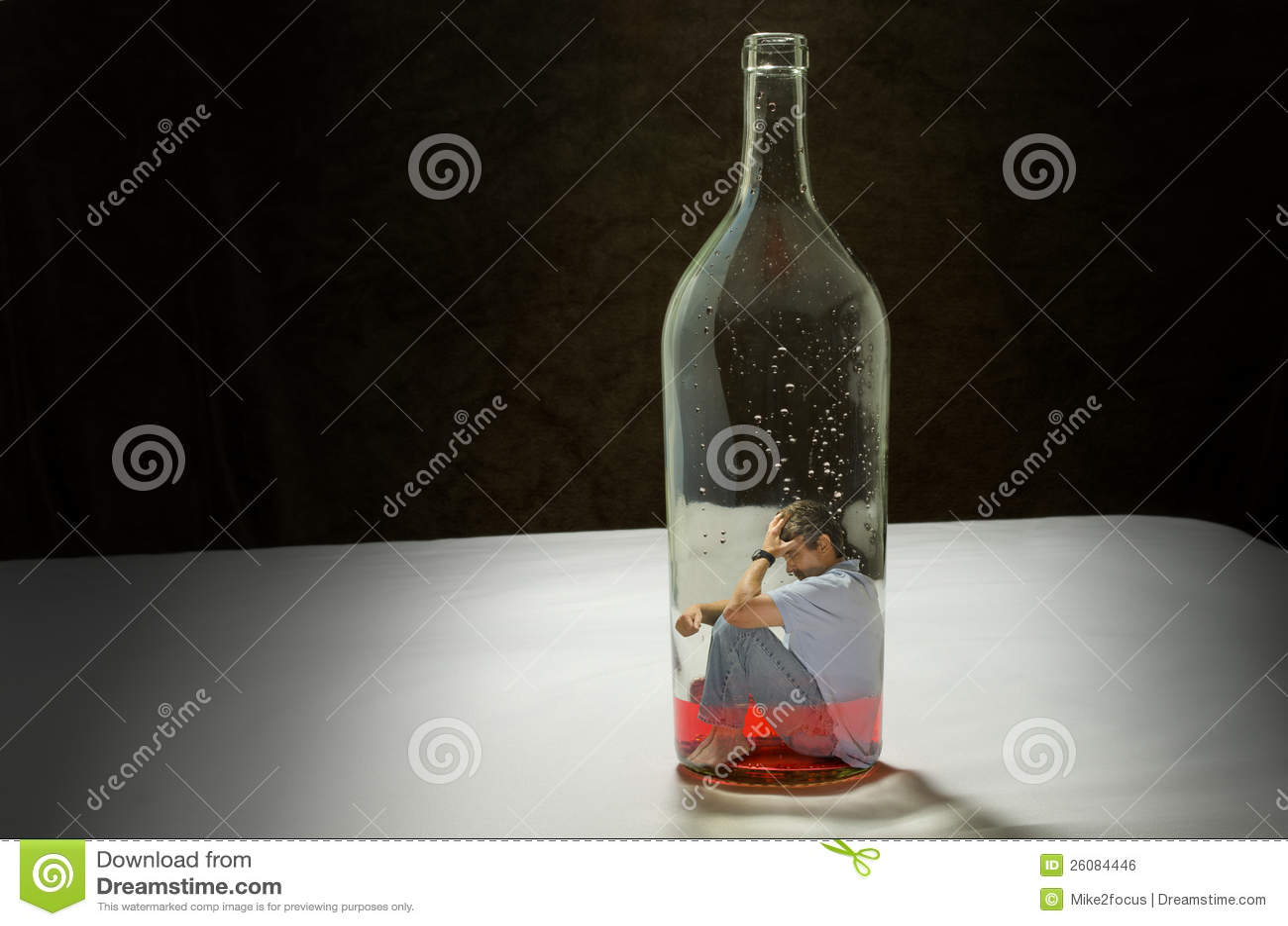 Mann gewöhnte zum alkoholischen Getränk, das durch Alkoholismus eingeschlossen wurde