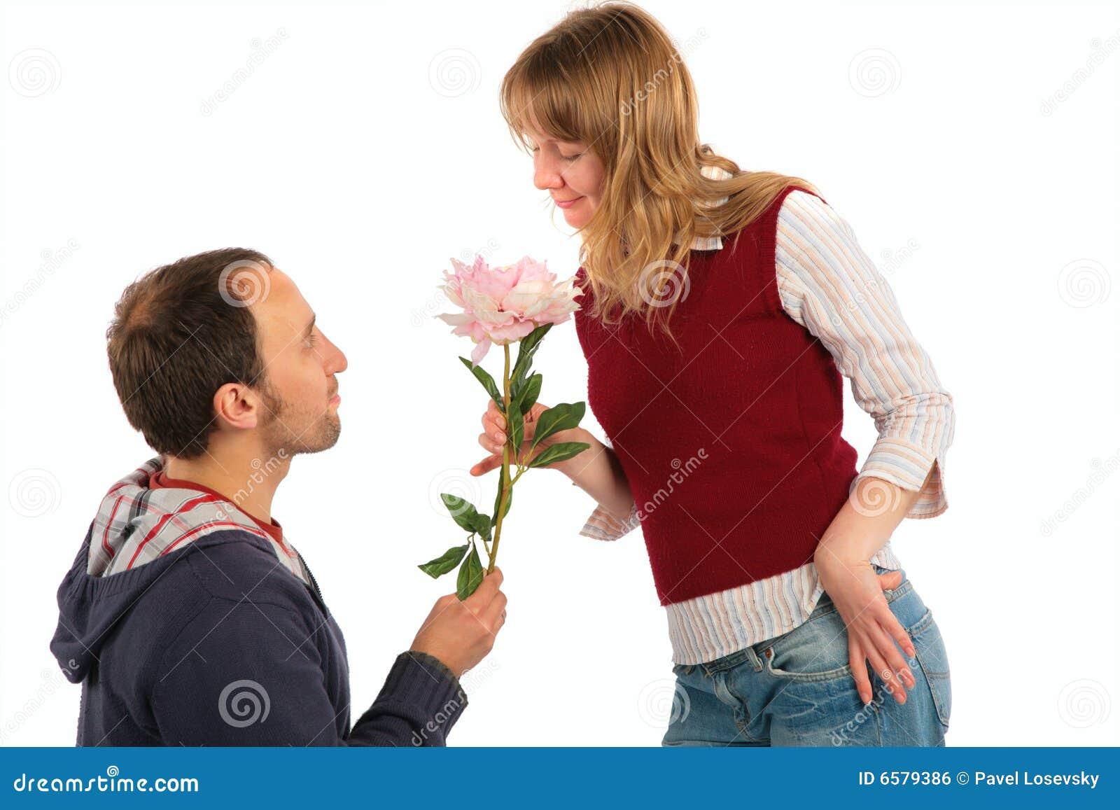 Mann gibt der Frau Blume