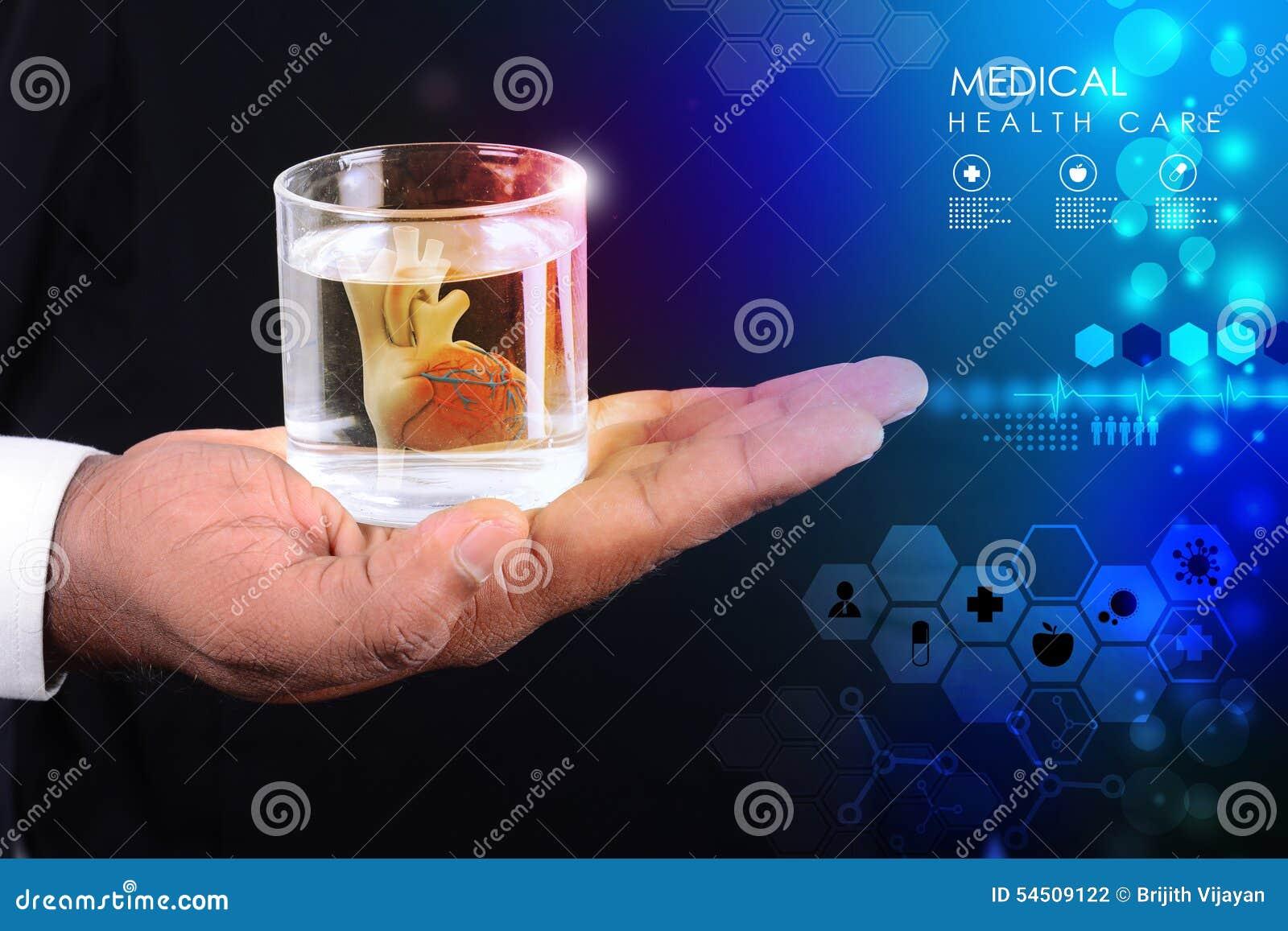 Mann Hält Ein Herz Im Glas Wasser Stockfoto Bild Von Farbe