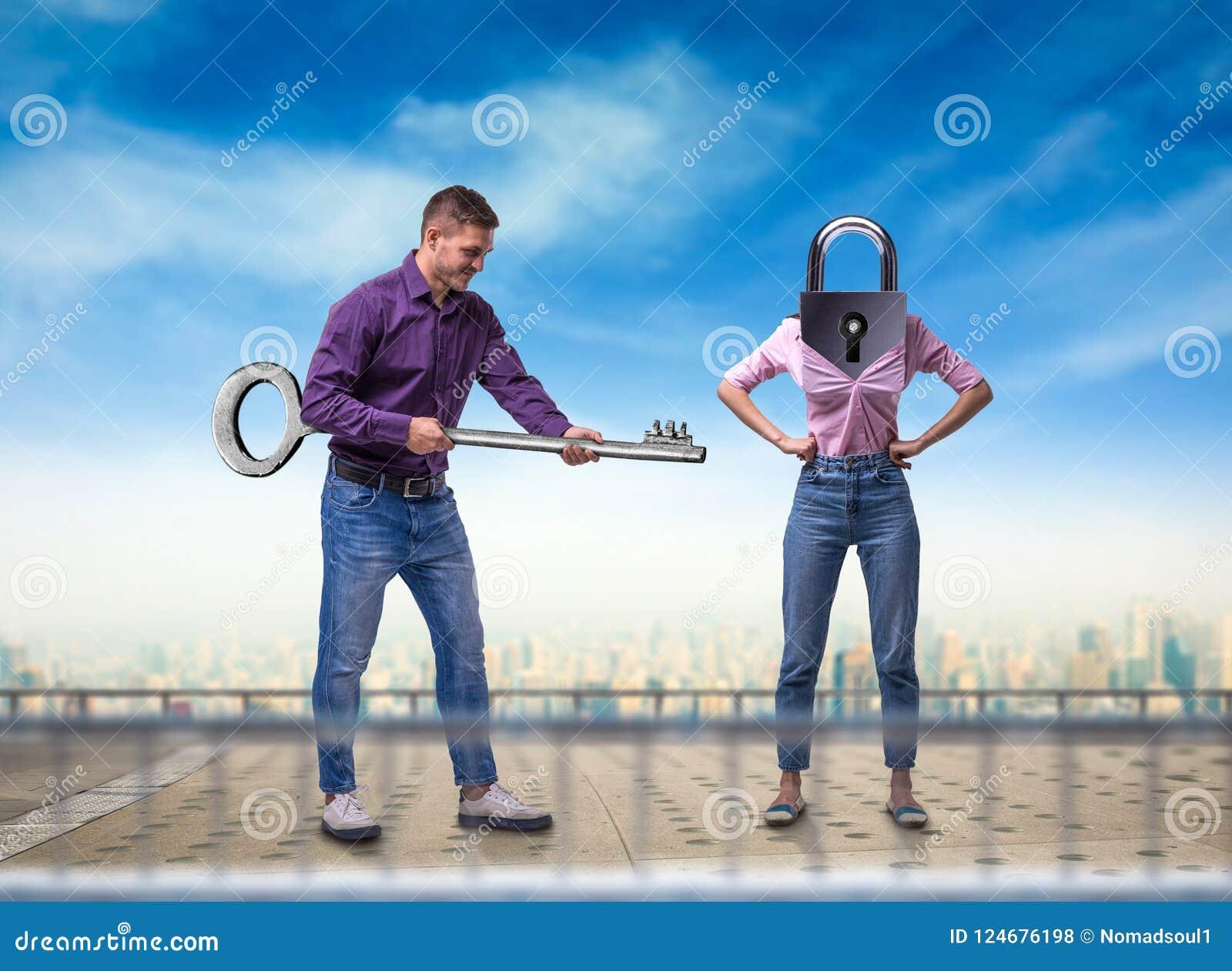Mann hält Schlüssel, Frau mit Schlüsselloch anstelle des Kopfes