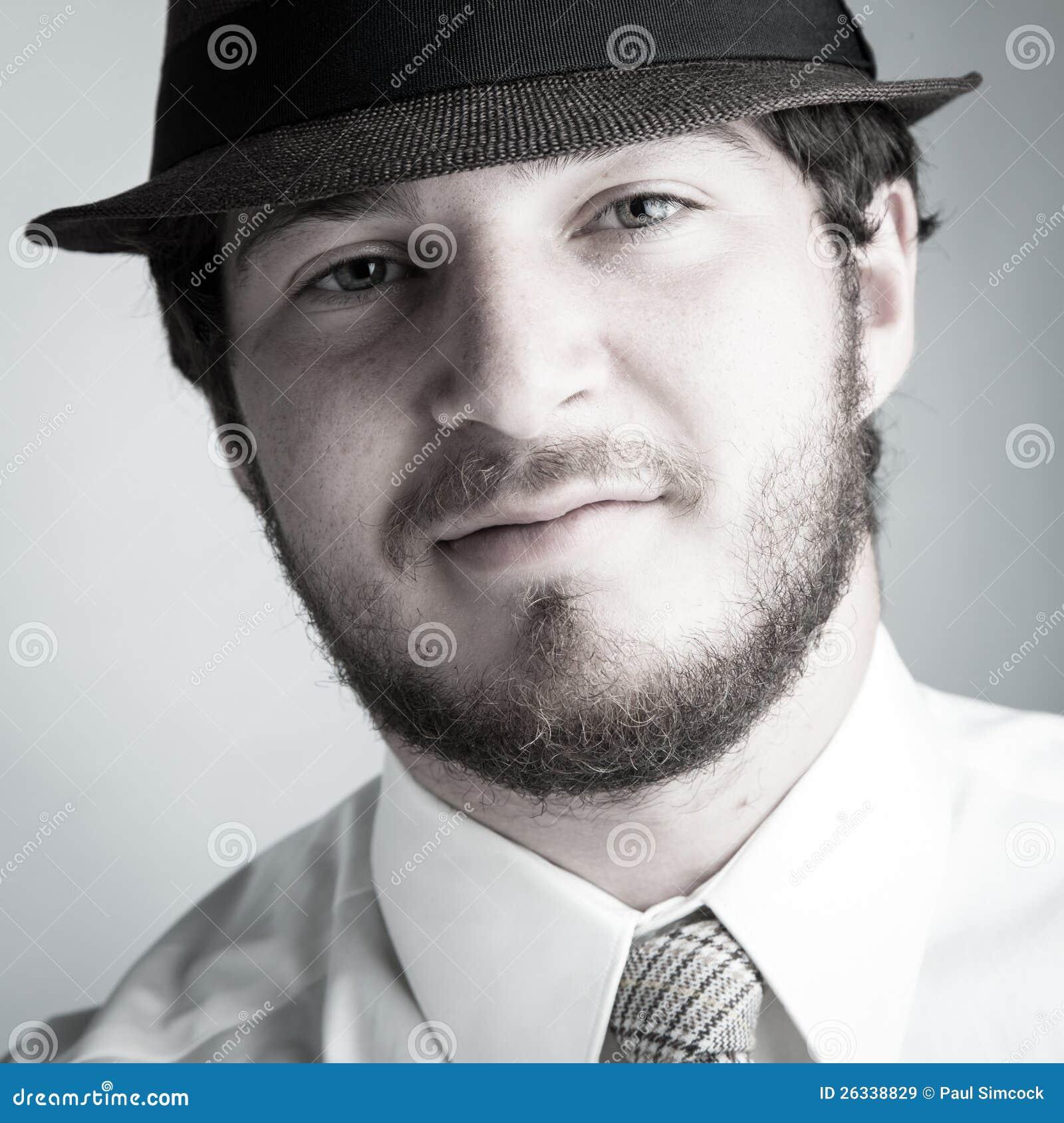 Mann im Hut und in der Gleichheit