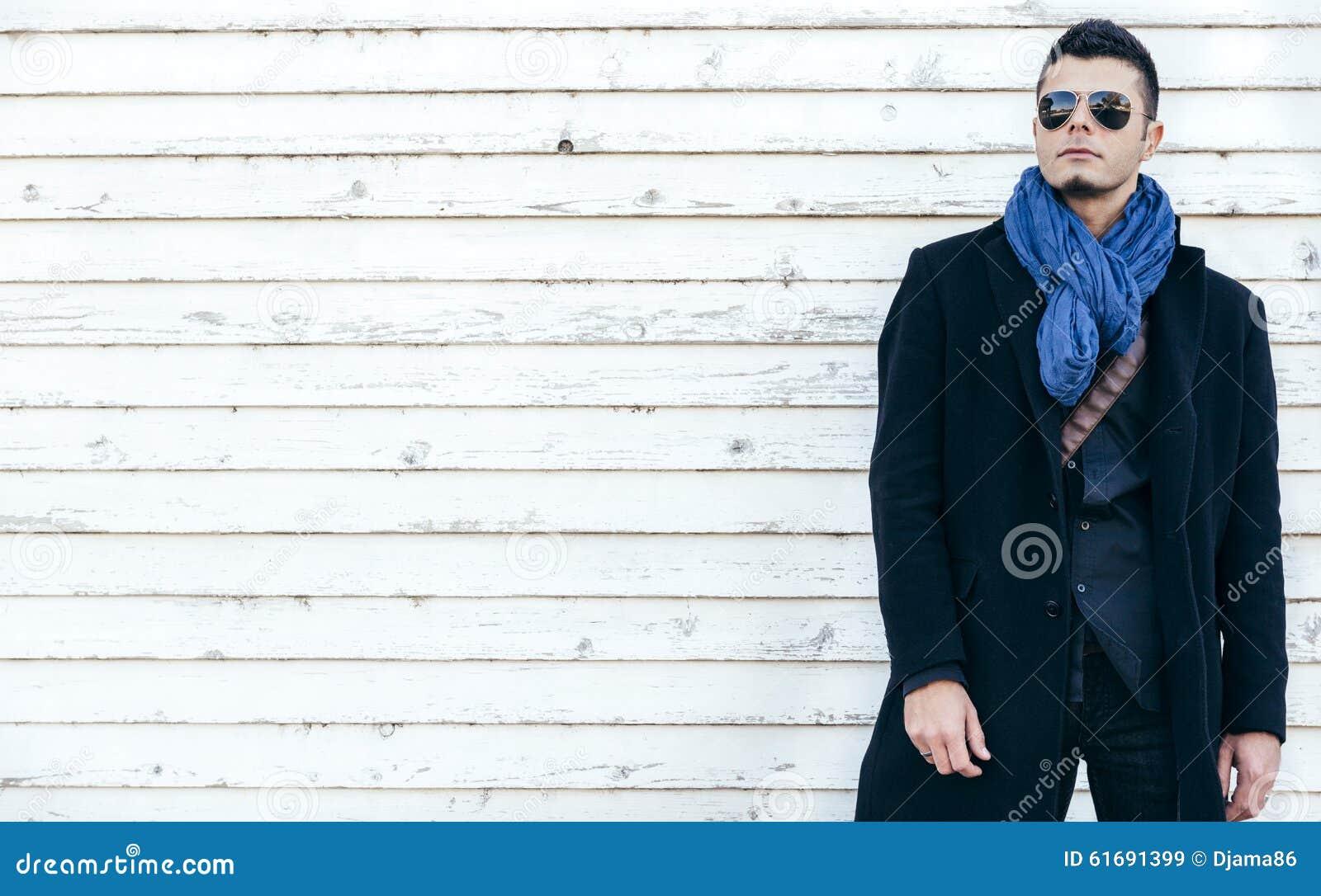 Mann im Mantel