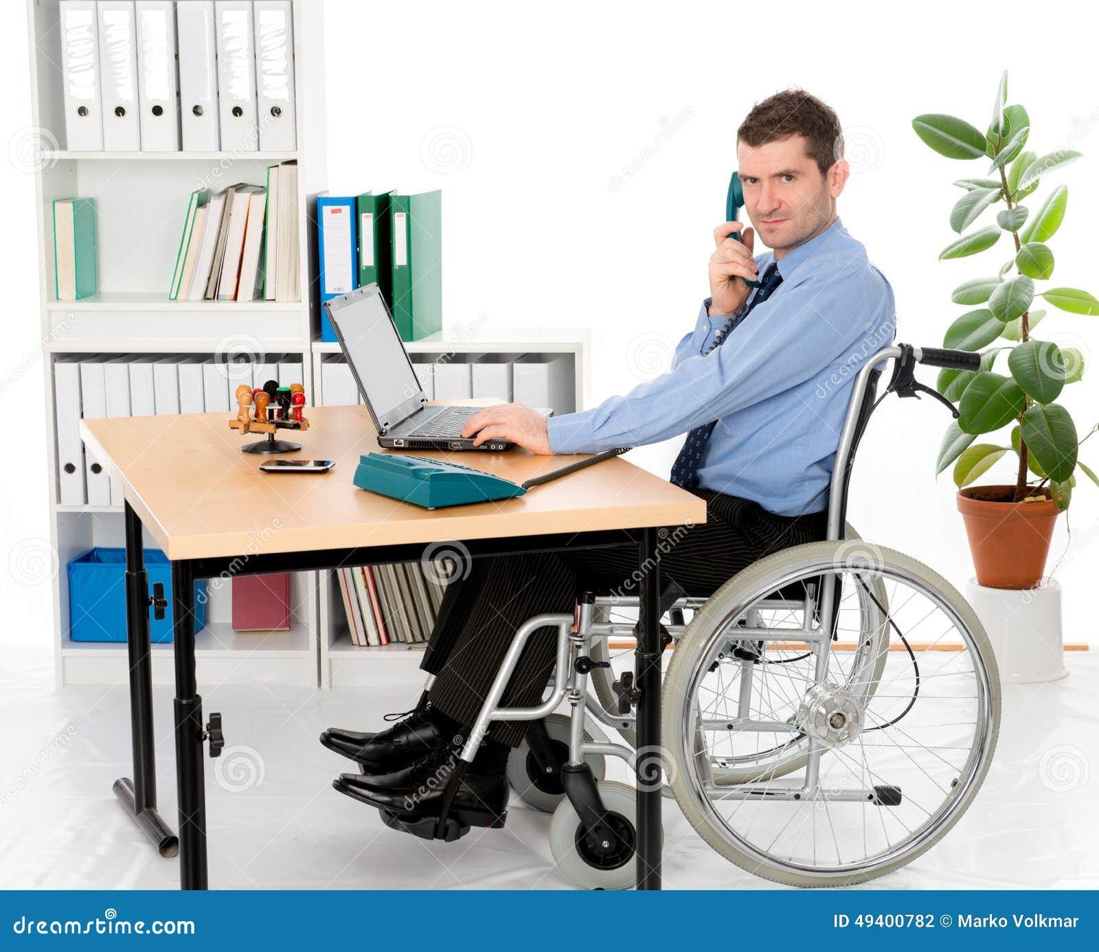 Download Mann im Rollstuhl arbeitet stockfoto. Bild von beschäftigung - 49400782