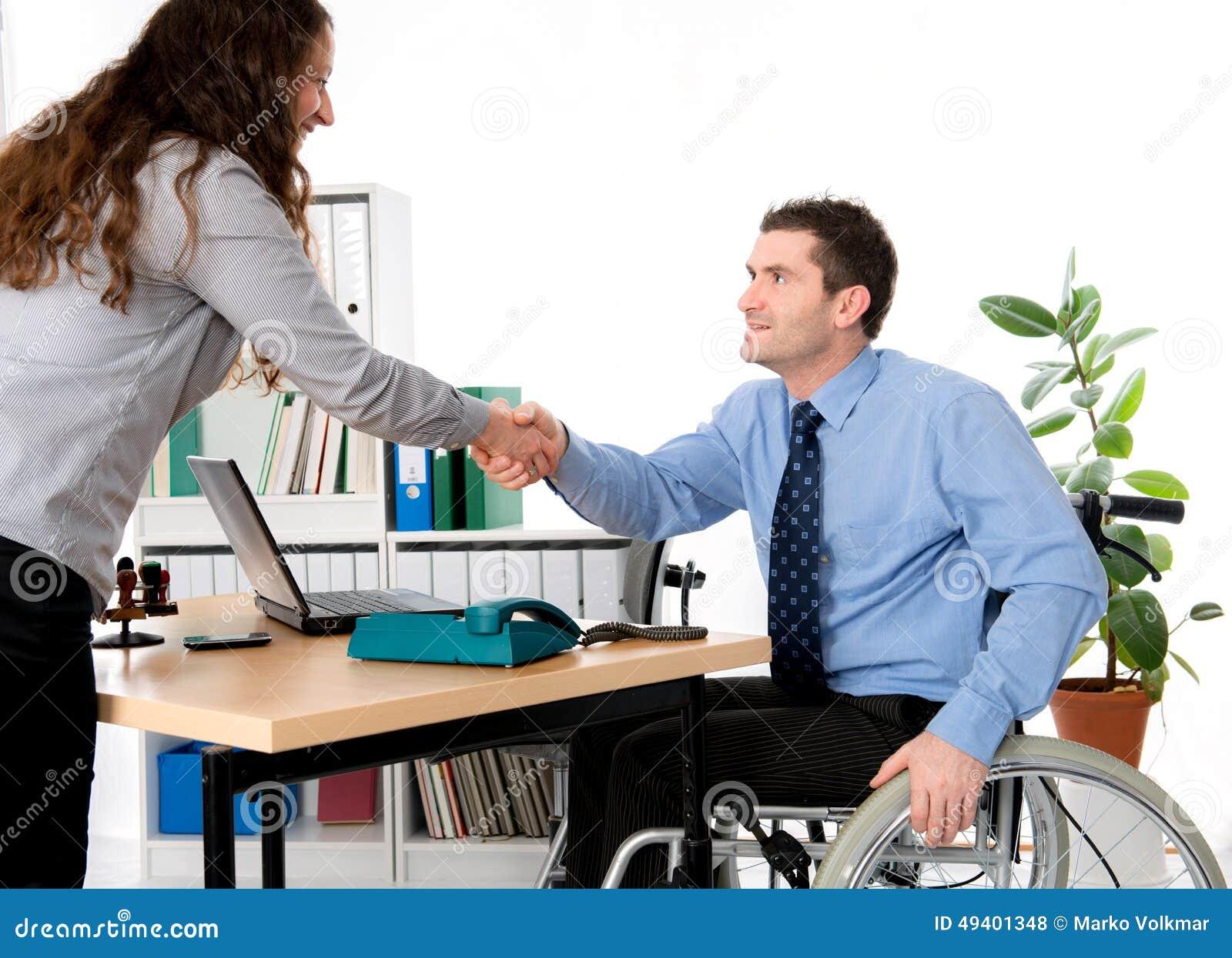 Download Mann Im Rollstuhl Grüßt Eine Frau Stockfoto - Bild von manager, versicherung: 49401348