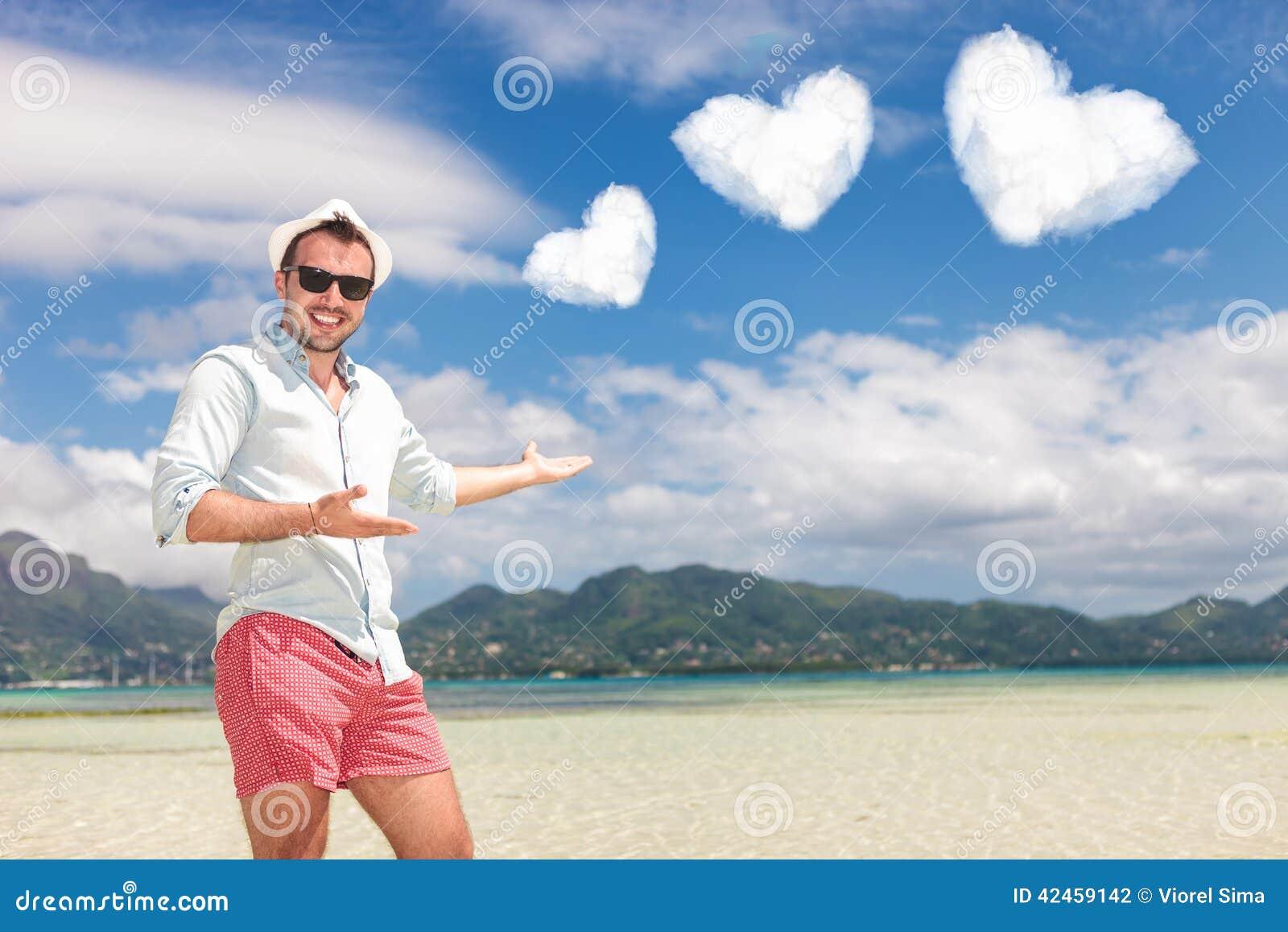 Mann lädt Sie ein, Ihre Flitterwochen auf dem Strand aufzuwenden