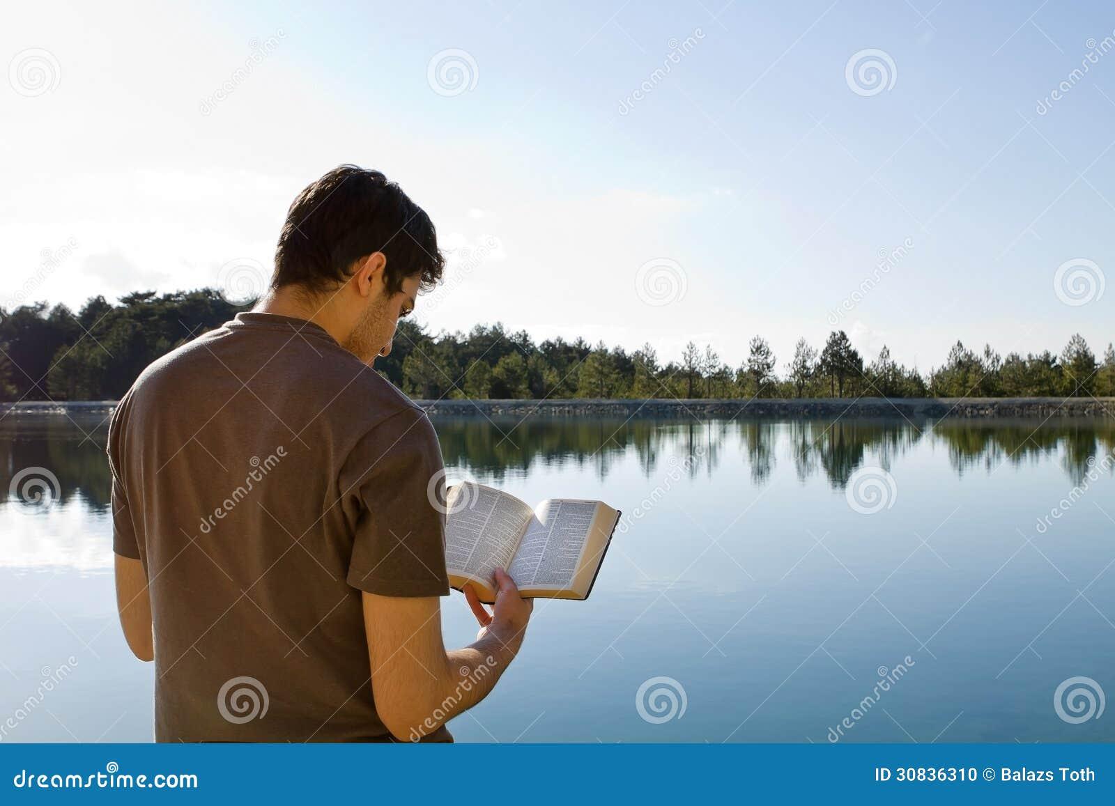 Mann-Lesebibel durch See