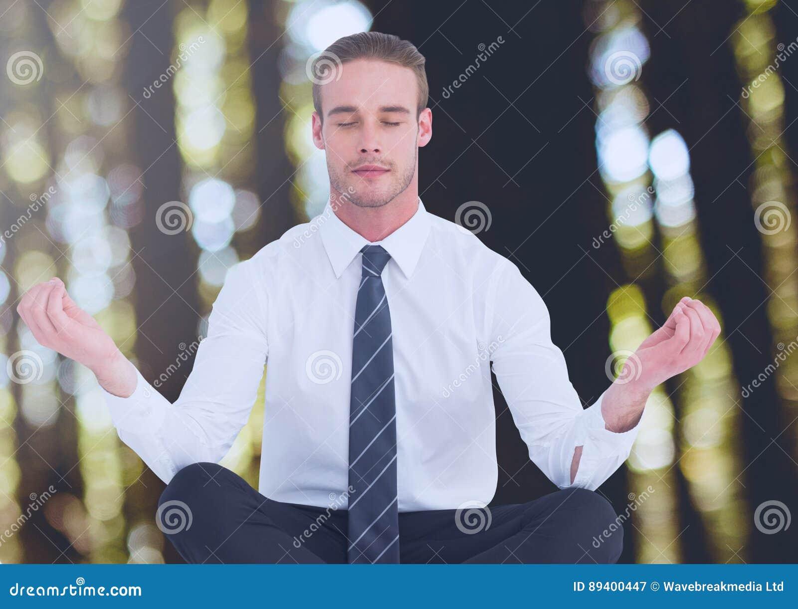 Mann-Meditieren ruhig im Holz