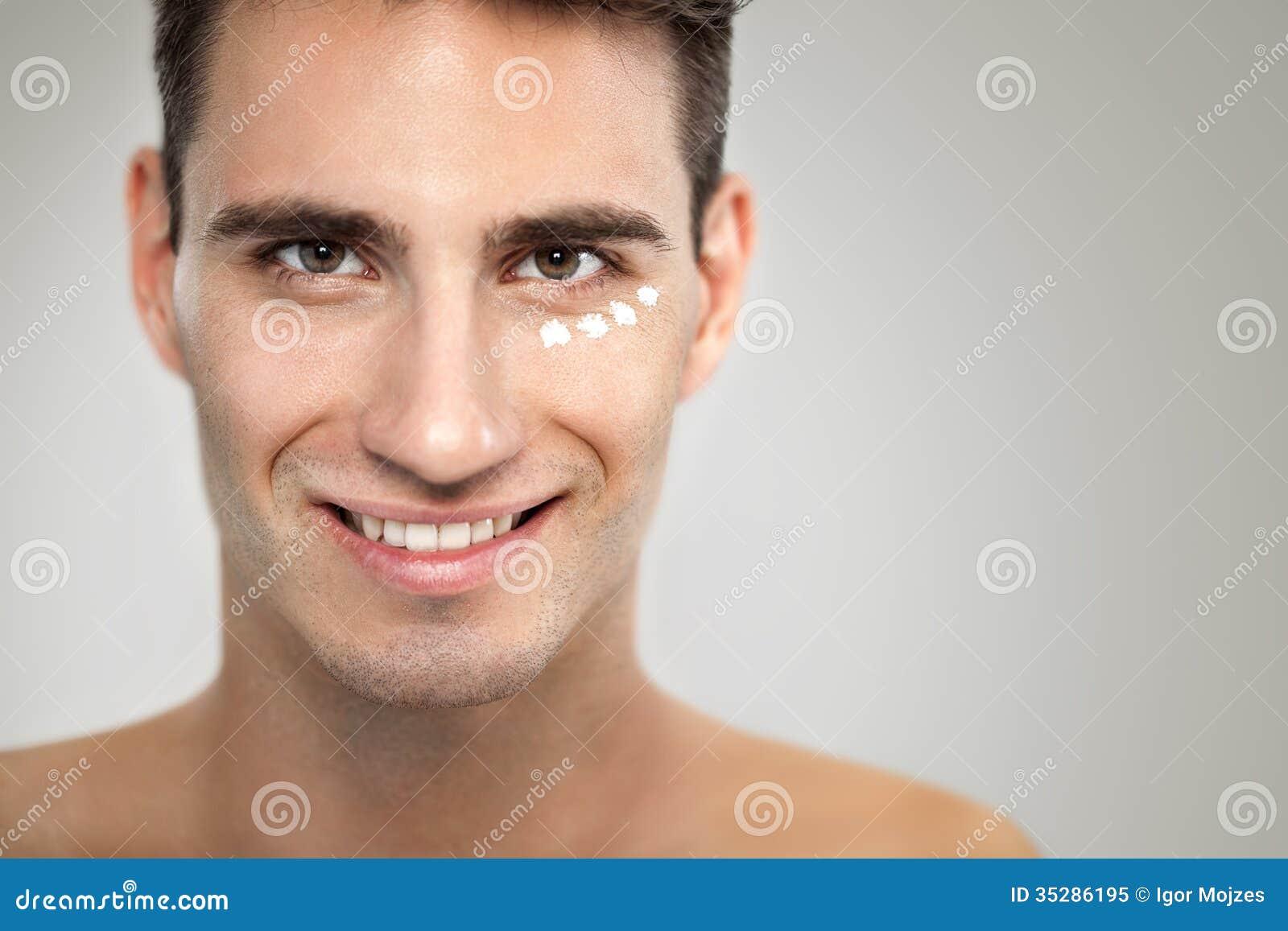 Mann mit anti- Alterncreme