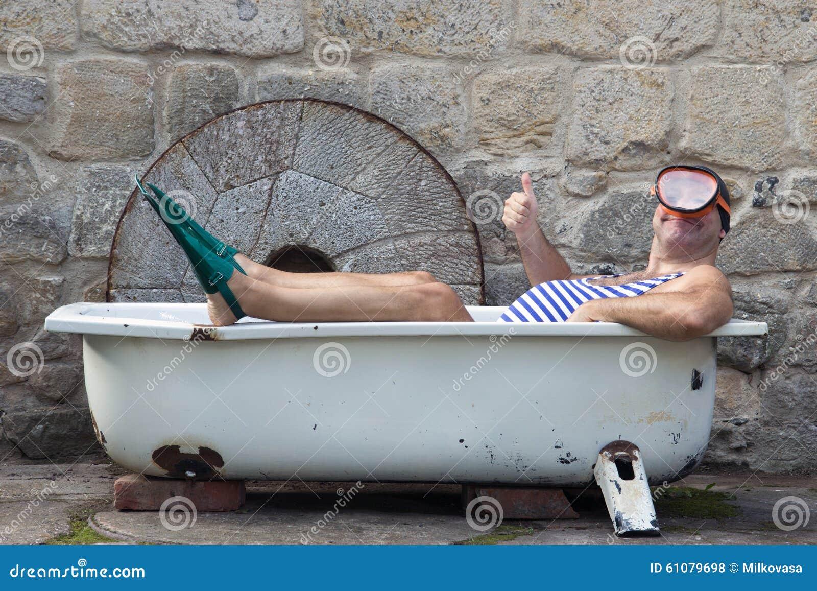 mann mit dem schnorcheln des gangs in der badewanne stockfoto bild von geste stimmung 61079698. Black Bedroom Furniture Sets. Home Design Ideas