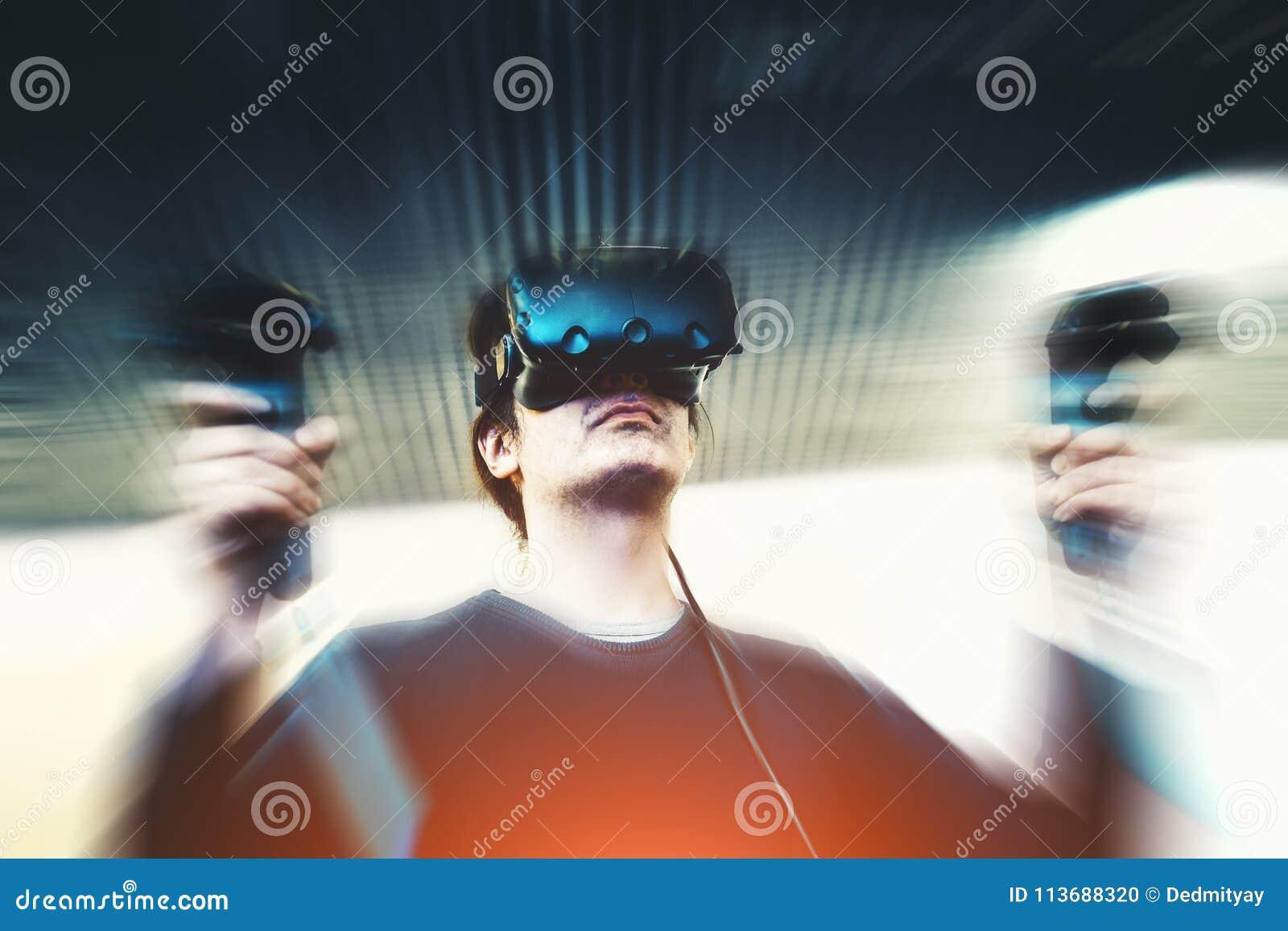 Mann mit den Gläsern der virtuellen Realität, die Videospiel, Bewegungsunschärfeeffekt spielen