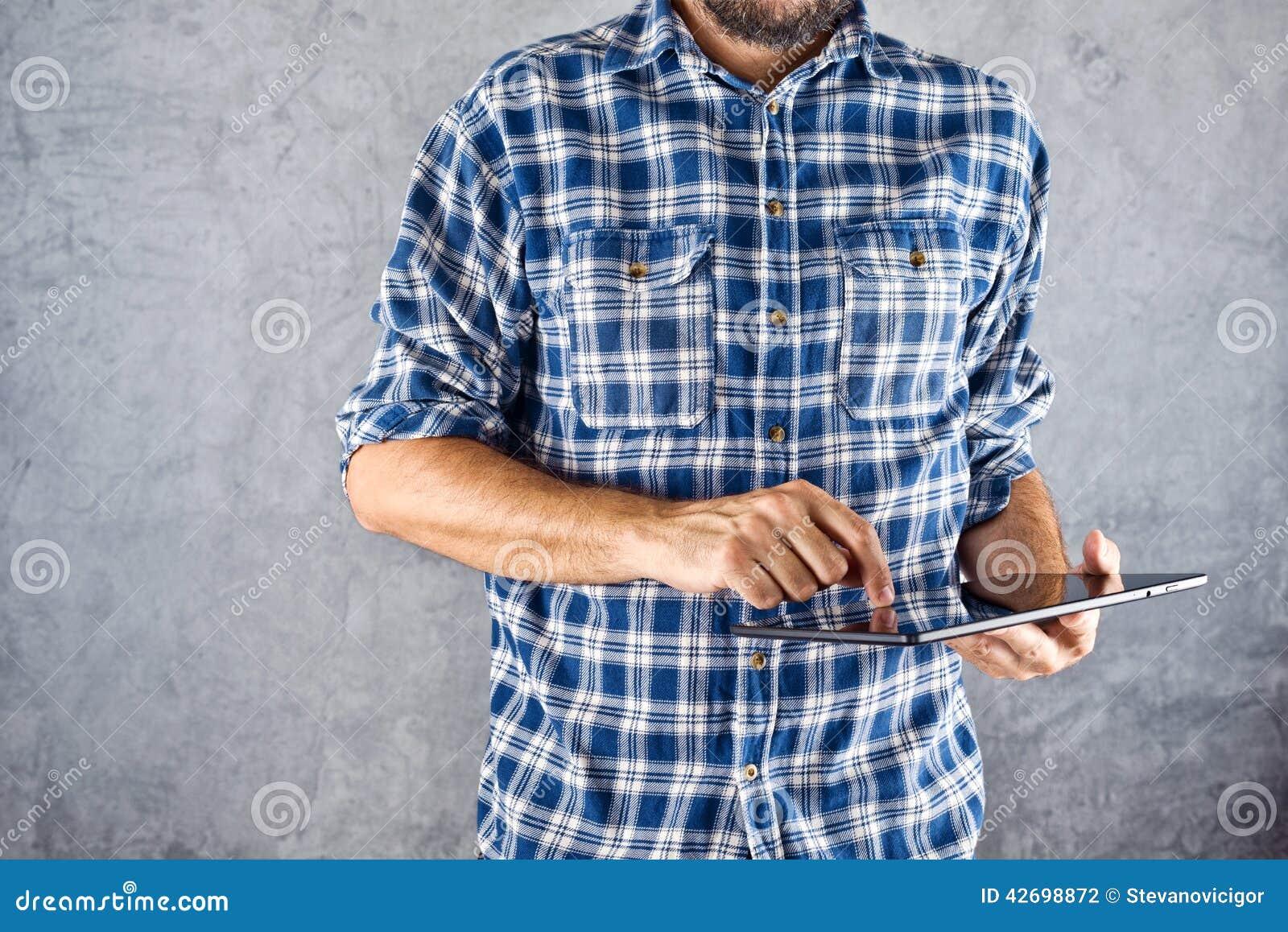 Mann mit digitalem Tablet-Computer