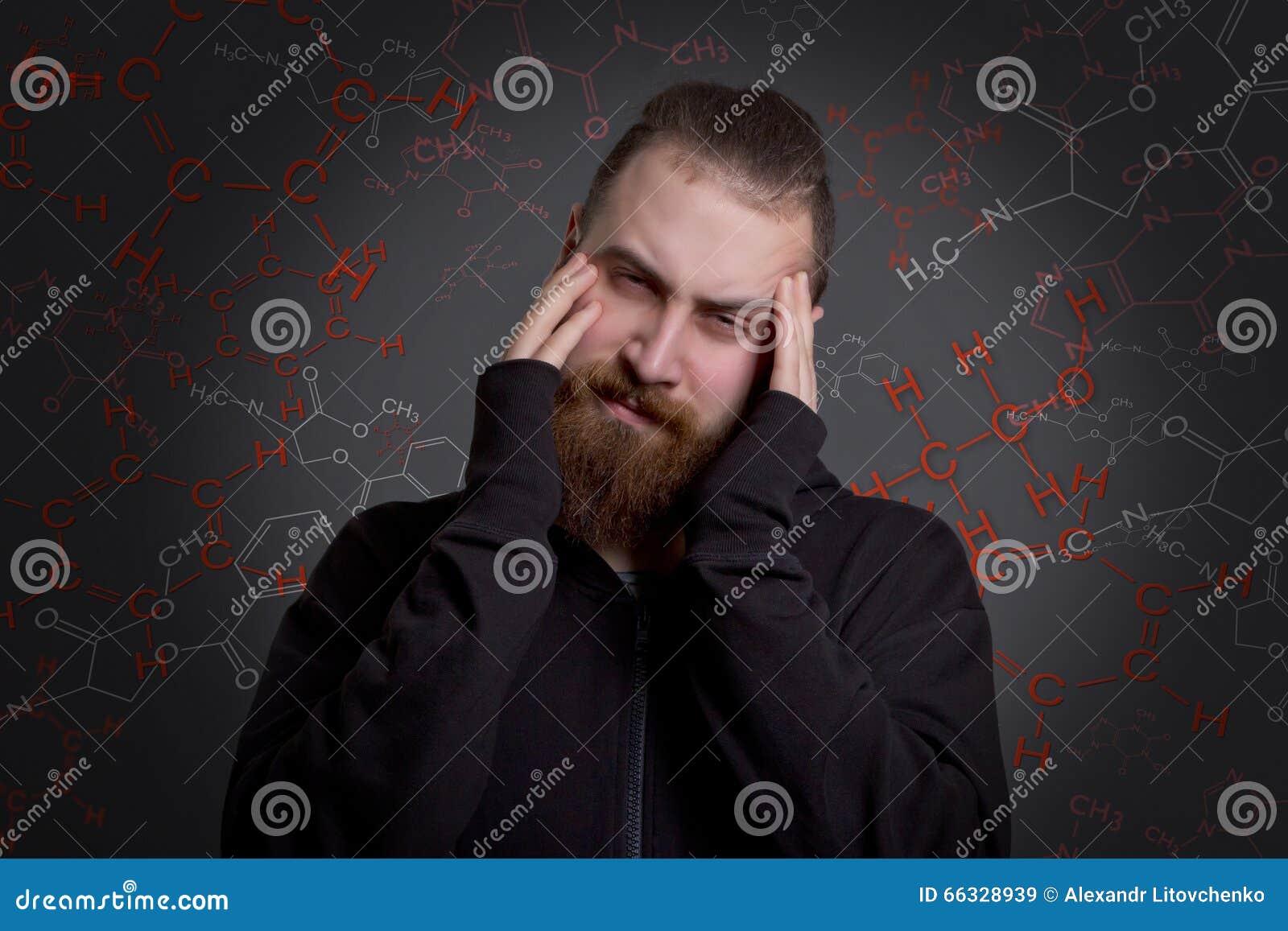 Mann mit einem Bart leidet unter Drogensucht
