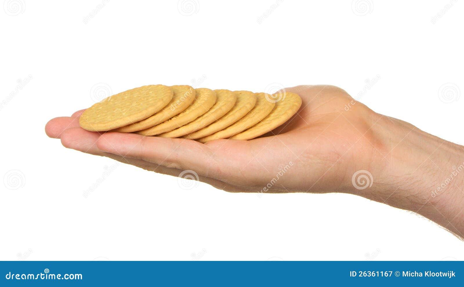 Mann mit einer Hand voll von den Keksen