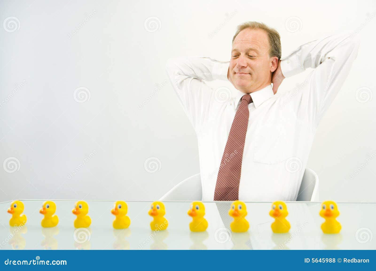 Mann mit Enten in der Reihe